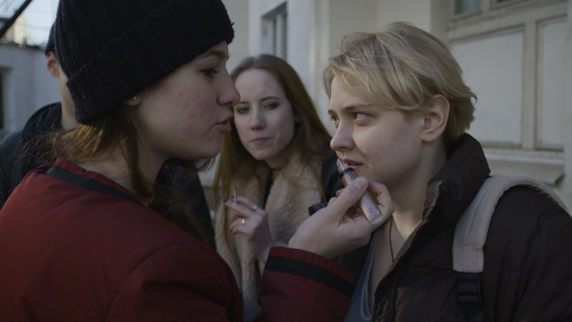 Tenåringsdatteren Anya (til høyre) strever med å bli godtatt i den dominerende gjengen. Fra filmen den russiske  Nearest and dearest  av Ksenia Zueva.