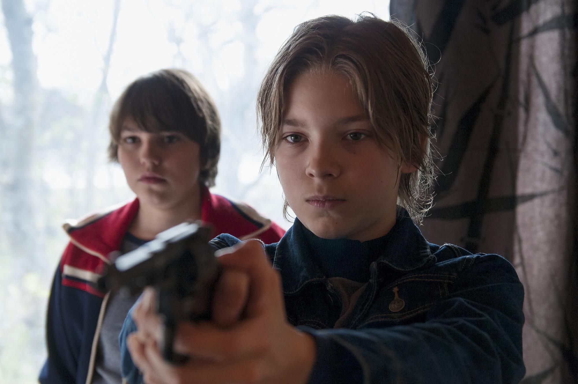 Kameratene Vesa og Kaarlo blir fortvilet over foreldrenes livsførsel. Fra den finske filmen  Star Boys.