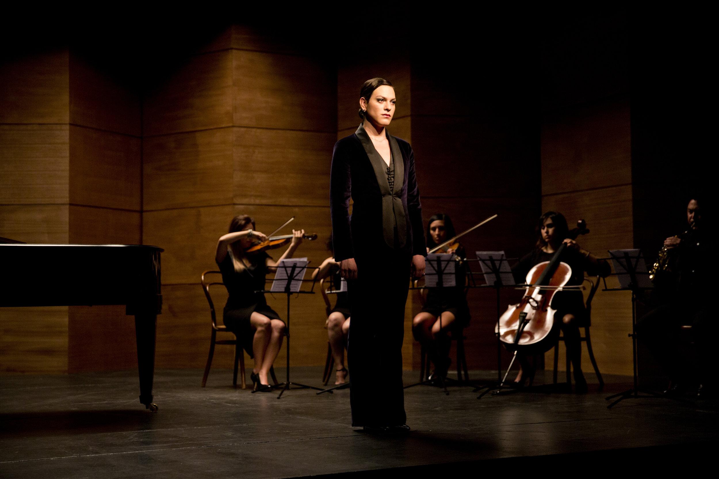 Daniela velger å være kvinne og bruke sin mørke sangstemme til å synge offentlig.