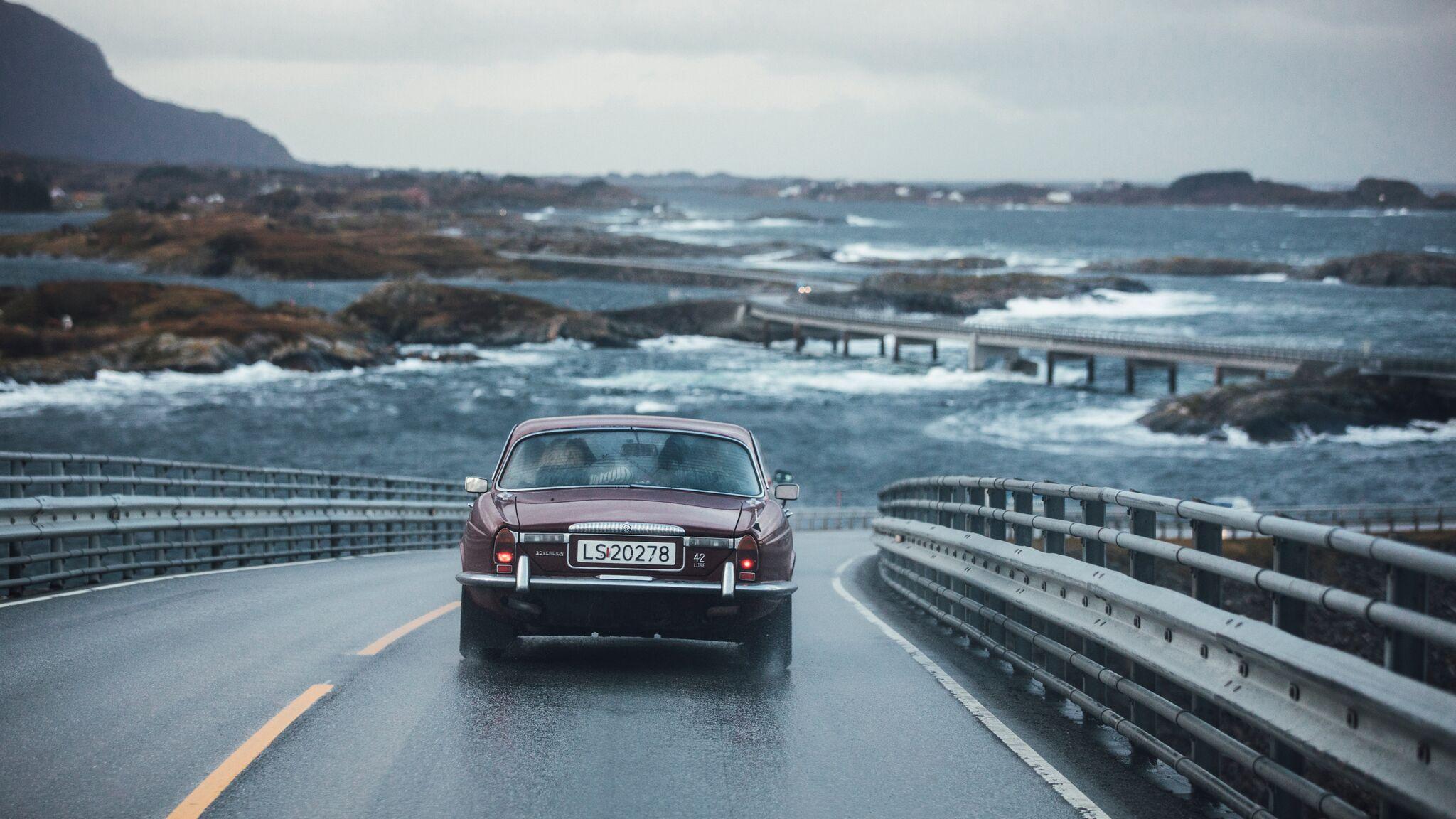Omsider er pappa Georg og sønnen Kasper kommet til Atlanterhavsveien på Møre-kysten.