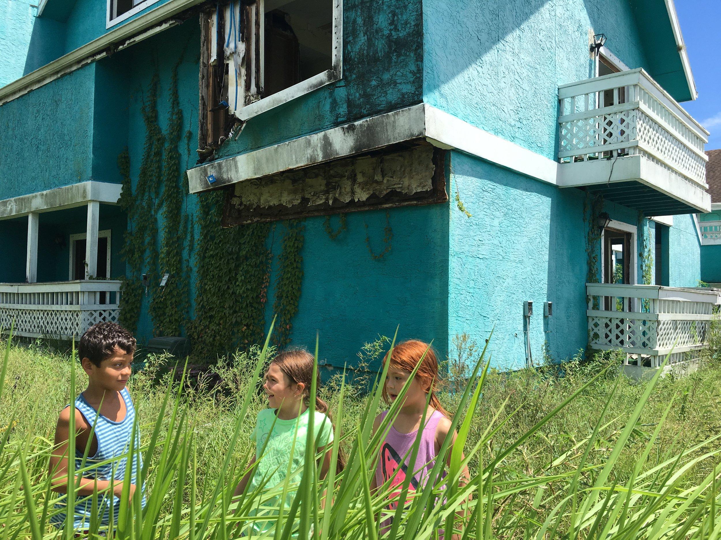 Scooty, Moonee og Jancey på tokt rundt de fraflyttede, forfalne villaene i nærheten.