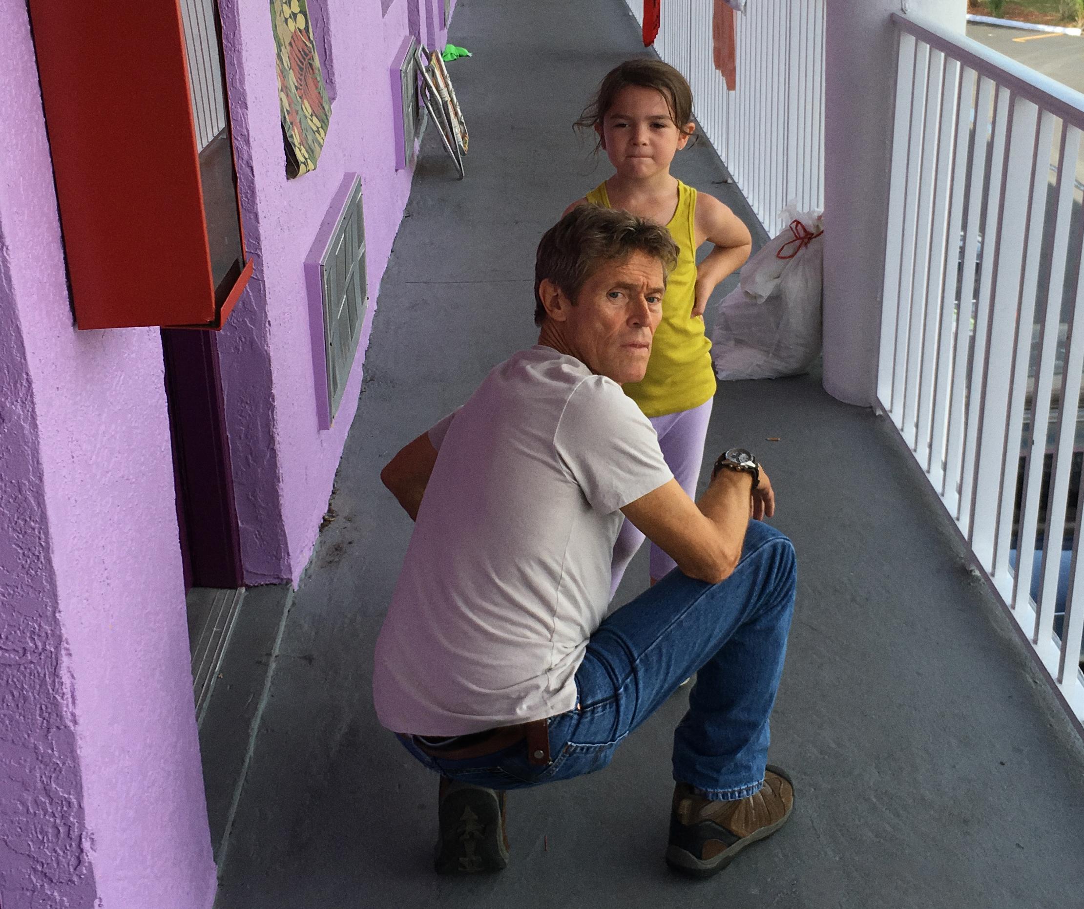 Vakmester Bobby (Willem Dafoe) har et varmt hjerte for motellbarn som Moonee.