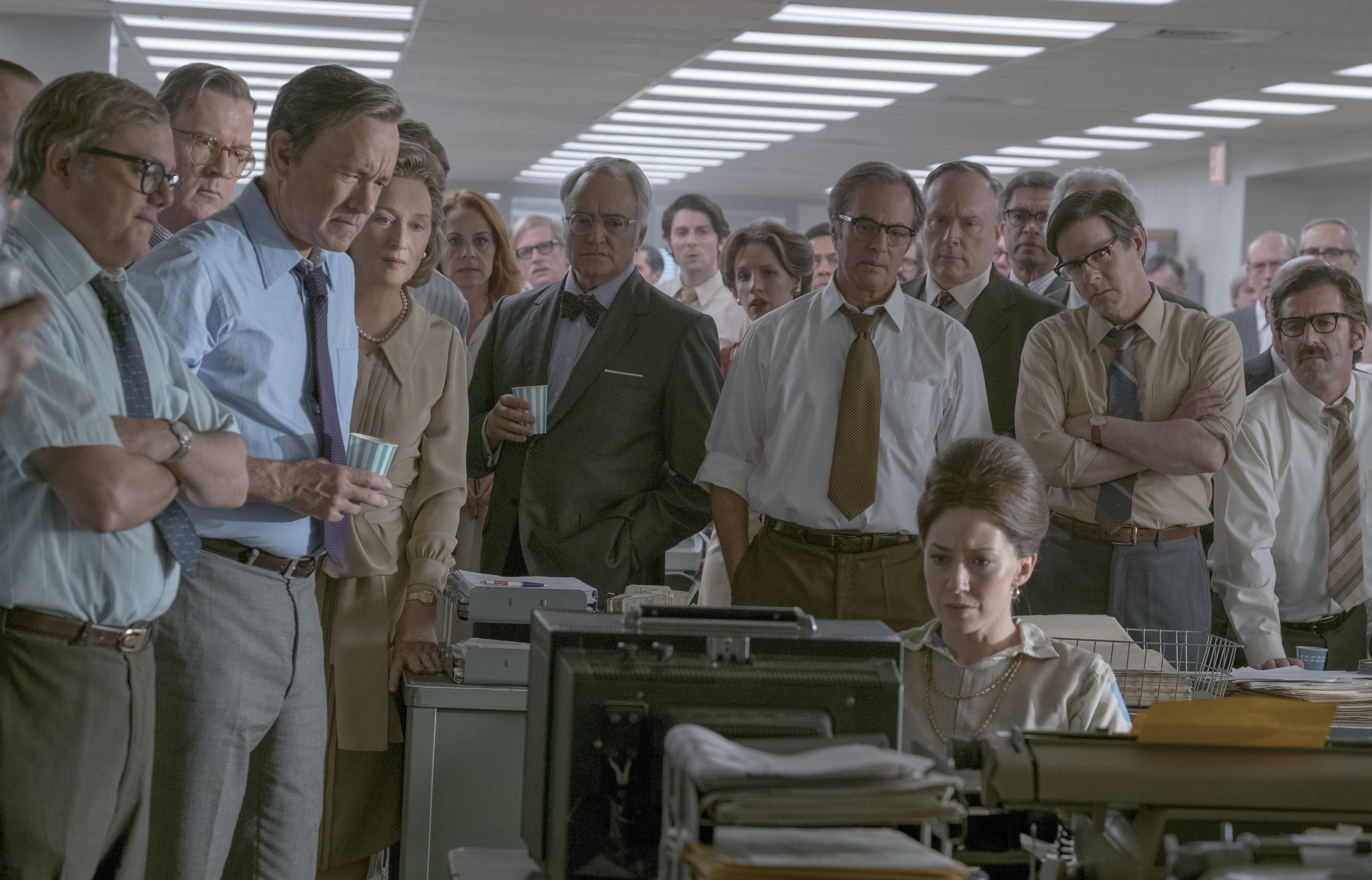 Avsløringene av Pentagon-papirene ble usedvanlig dårlig likt av daværende president Richard Nixon. Her lytter de ansatte i The Post på radiomeldingen om at presidenten har nedlagt et forbud mot ytterligere publisering.
