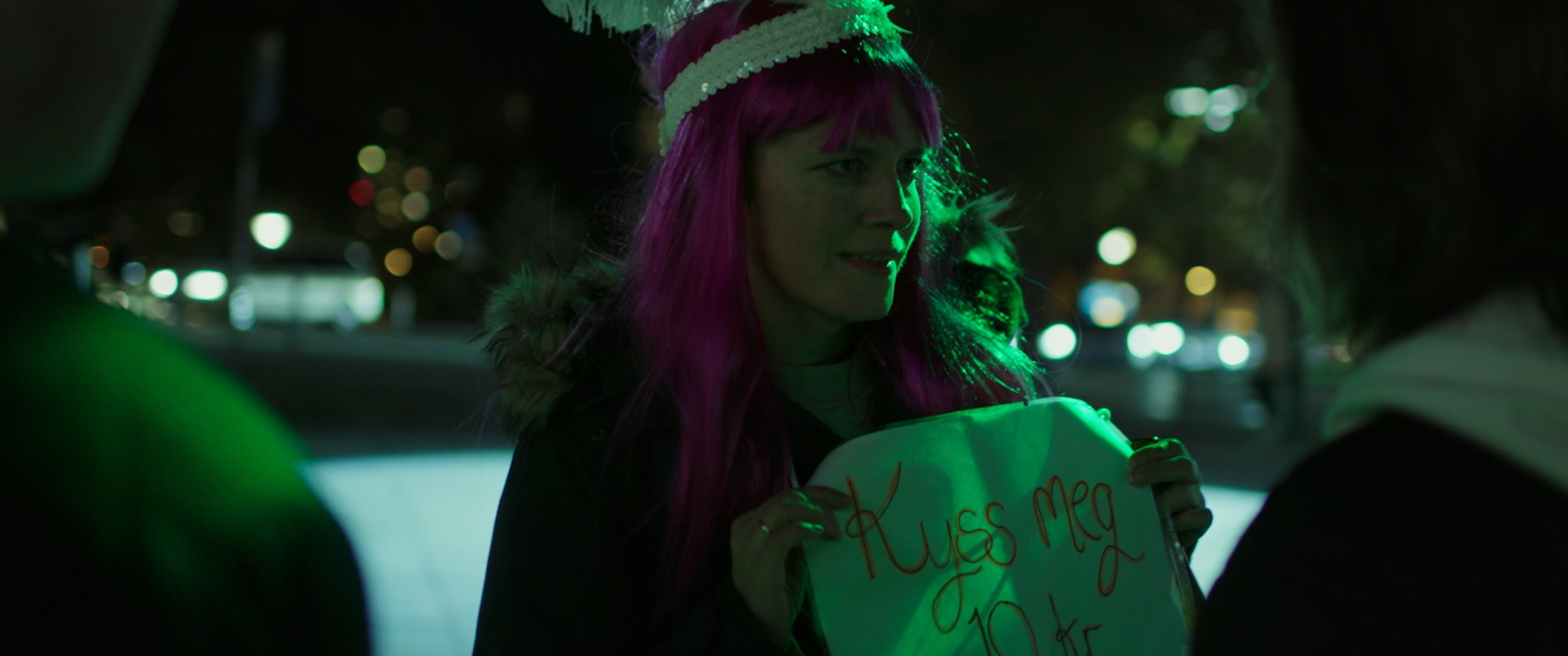 I byparken vakler Mona (Nina Ellen Ødegård) rundt i sitt eget utdrikningslag og lurer på hvem hun er.