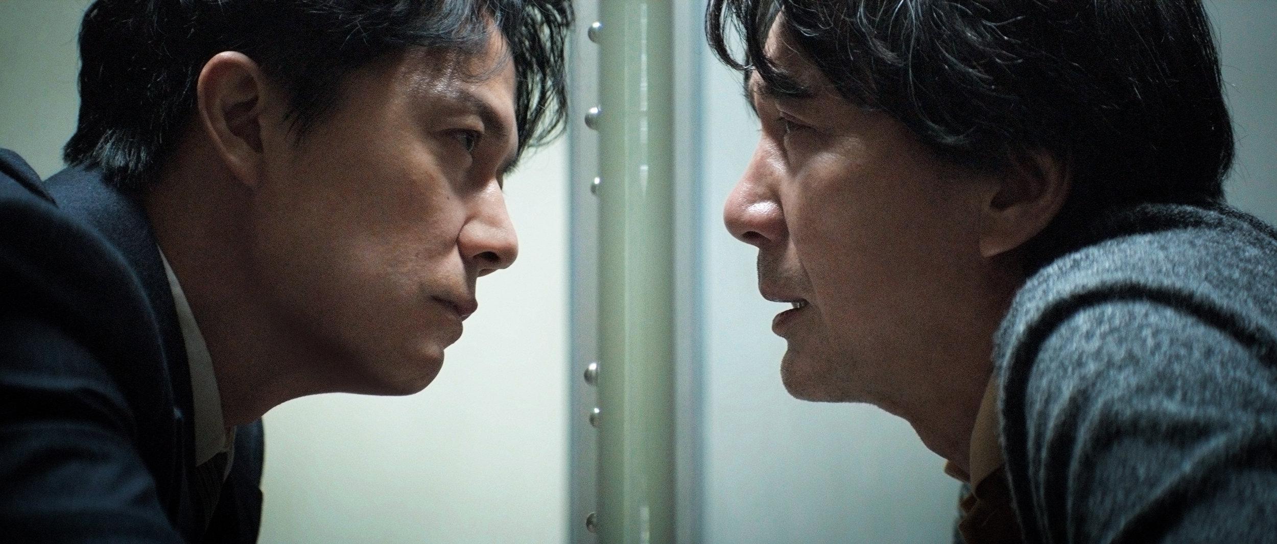Forsvarsadvokat Shigemori (Masaharu Fukuyama, til venstre) vil finne sannheten om et drap, men ser den glippe. Det hjelper ham lite at tiltalte Misumi (Kôji Yakusho) stadig endrer forklaring.