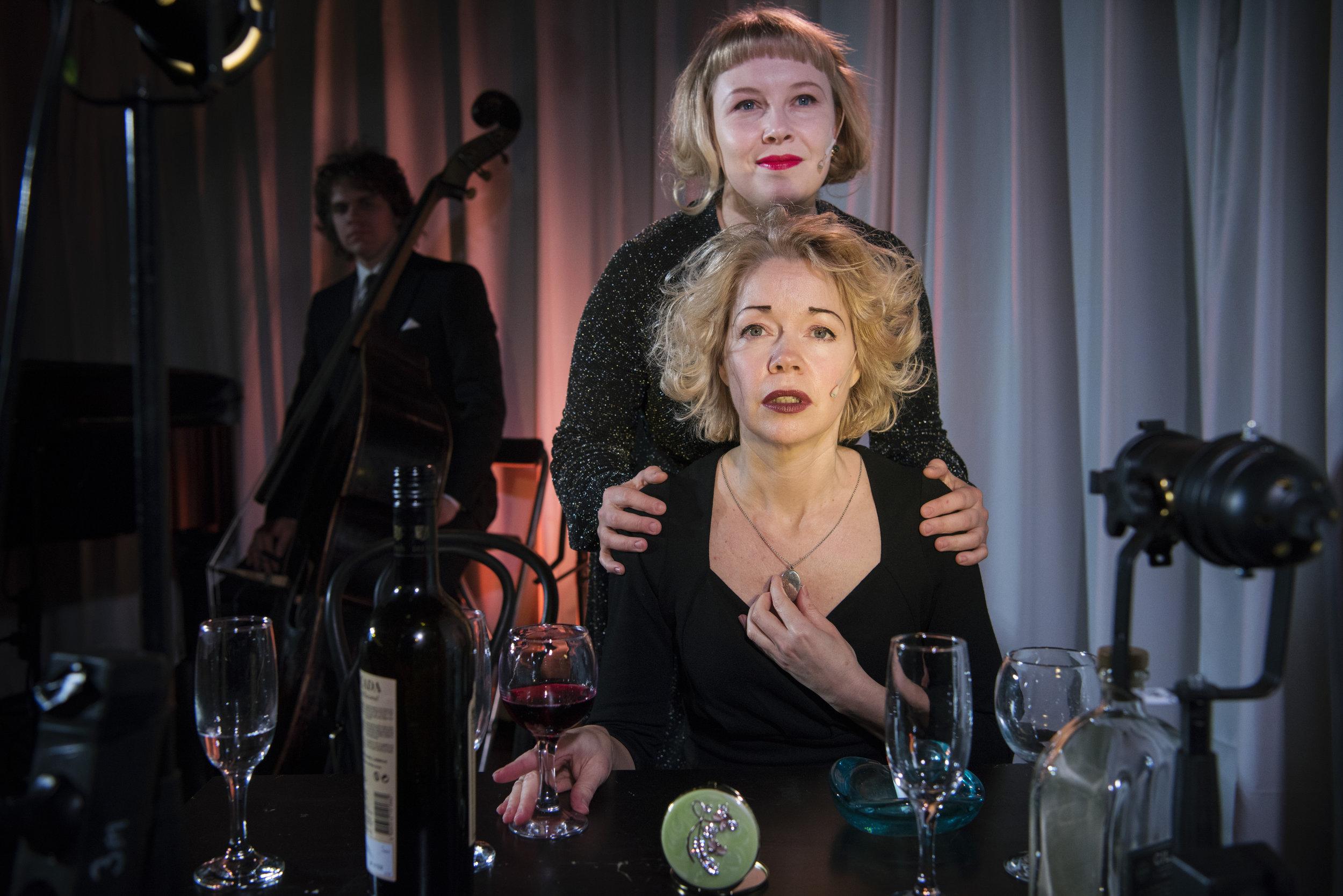 Spurven Edith (Britt-Synnøve Johansen) får mye omsorg fra divaen Marlene (Eva Bjerga Haugen).