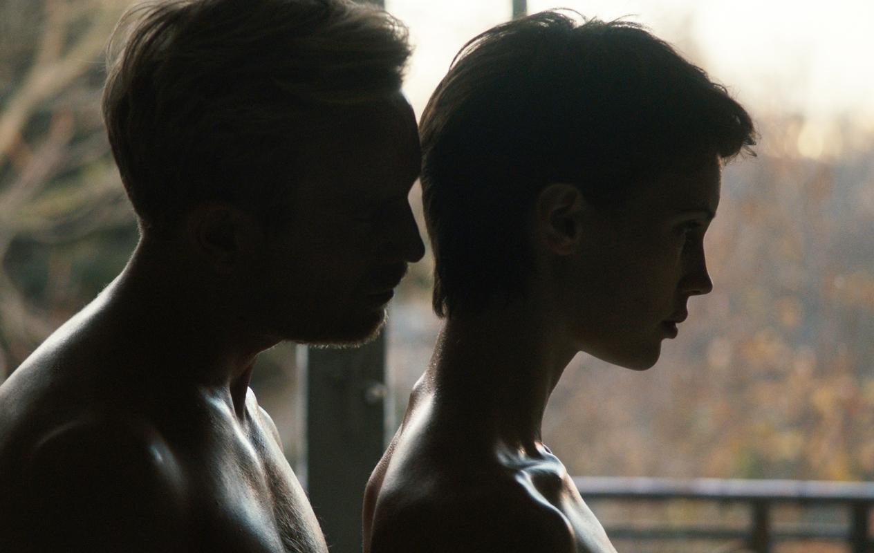 Den tidligere modellen Chloé (Marine Vacth) med sin nye samboer Paul (Jeremie Renier). De framstår som det perfekte paret, men et mørkere begjær stiger opp da hun treffer en mer pågående mann.
