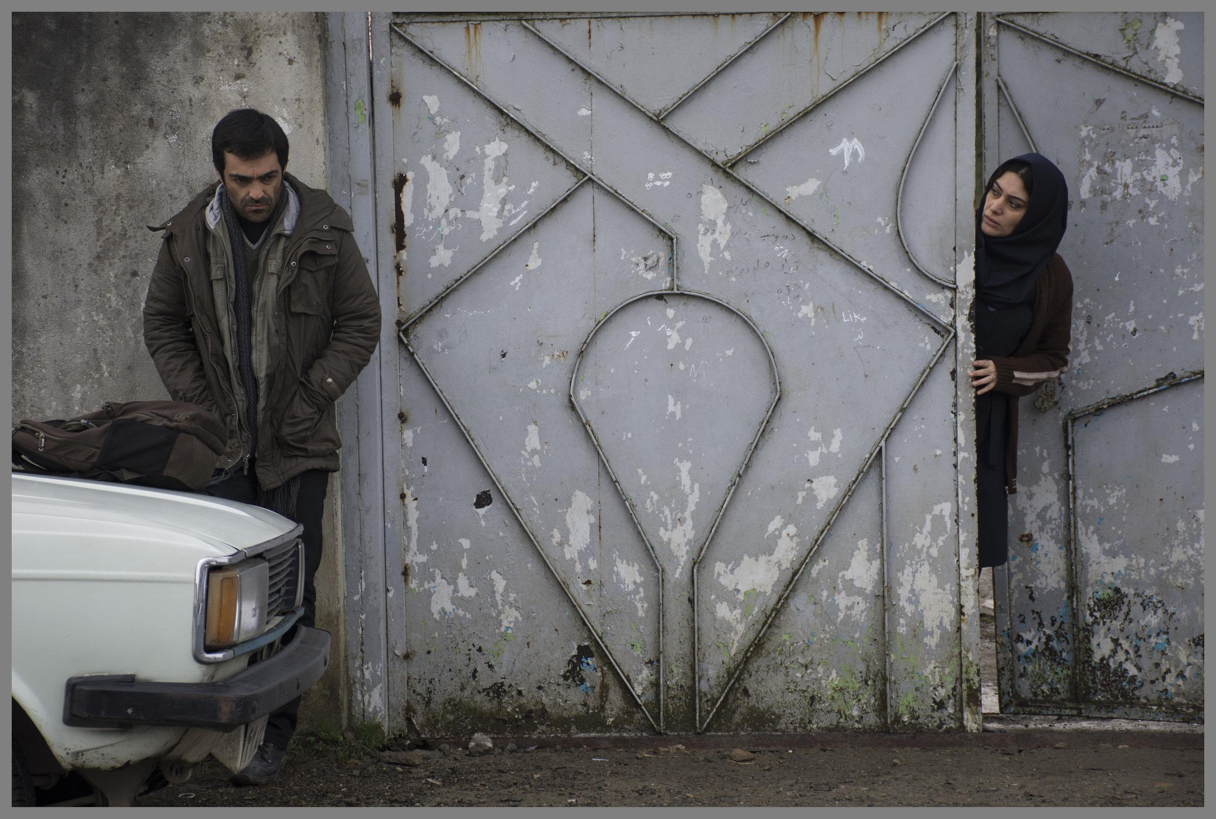 Hovedpersonen Reza (Reza Akhlaghirad) og kona Hadis (Soudabeh Beizaee) ønsker å leve hederlige liv i byen de har flyttet til. Men maktforholdene lokalt gjør det vanskelig.