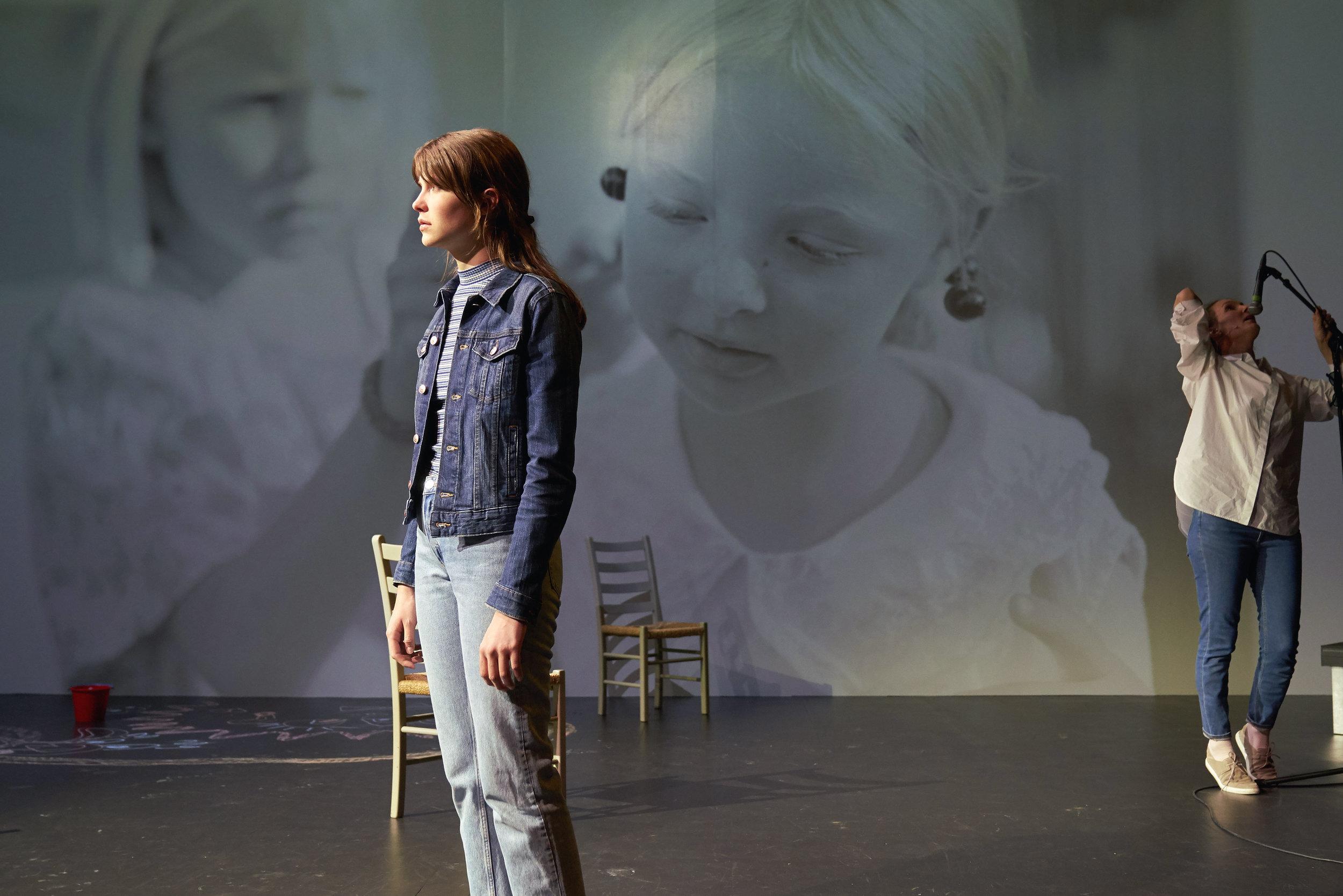 Datteren (Eili Harboe) vil vite hva som skjedde like før hun ble født. Moren spilles av Ragnhild Arnestad Mønness. Foto på veggen bak er tatt av Dag Alveng.