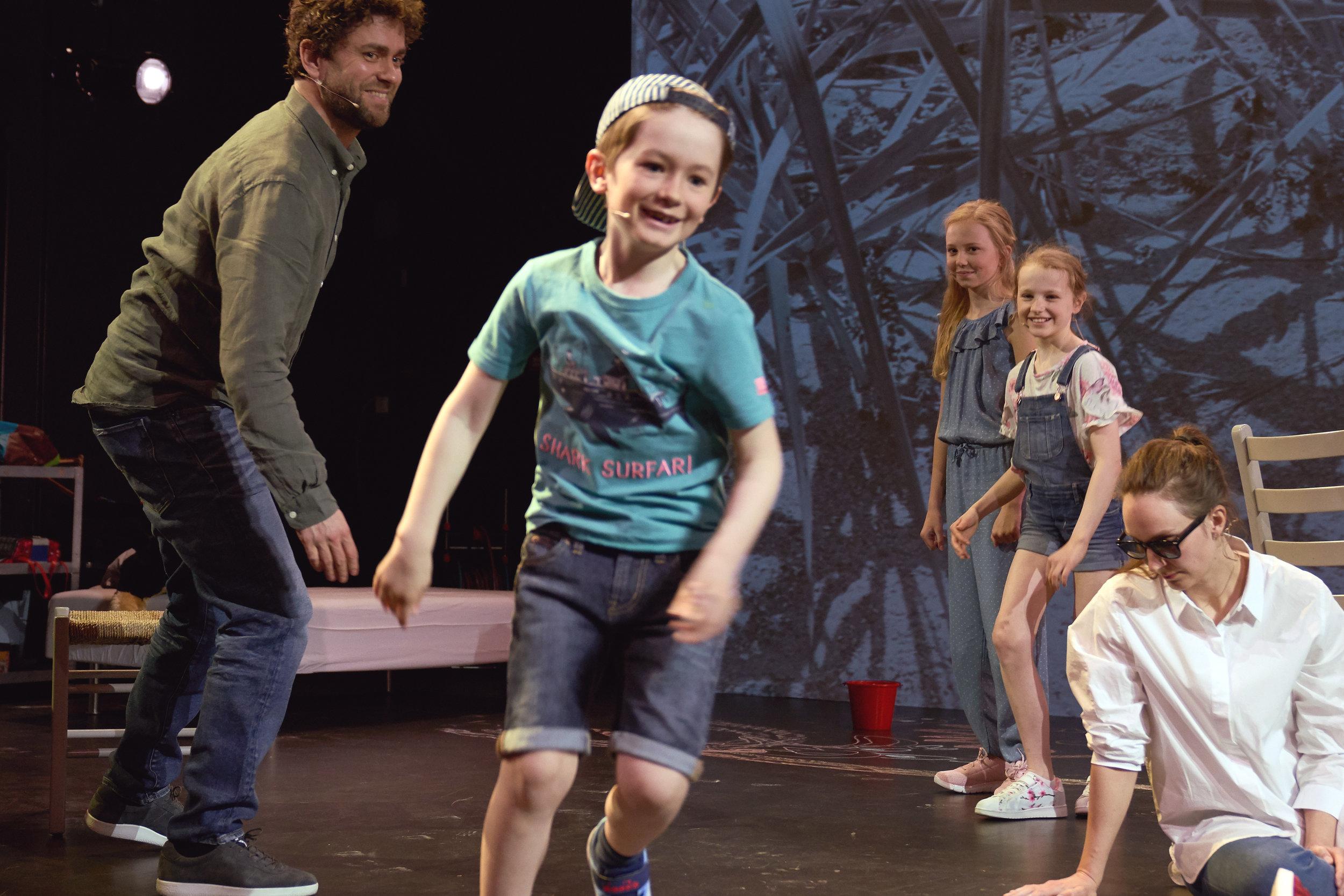 Faren (Torbjørn Eriksen), sønnen (Emil Middelthon) og døtrene (Ida Sagen Skandsen og Johanne Veland Bakke) med moren (Ragnhild Arnestad Mønness).