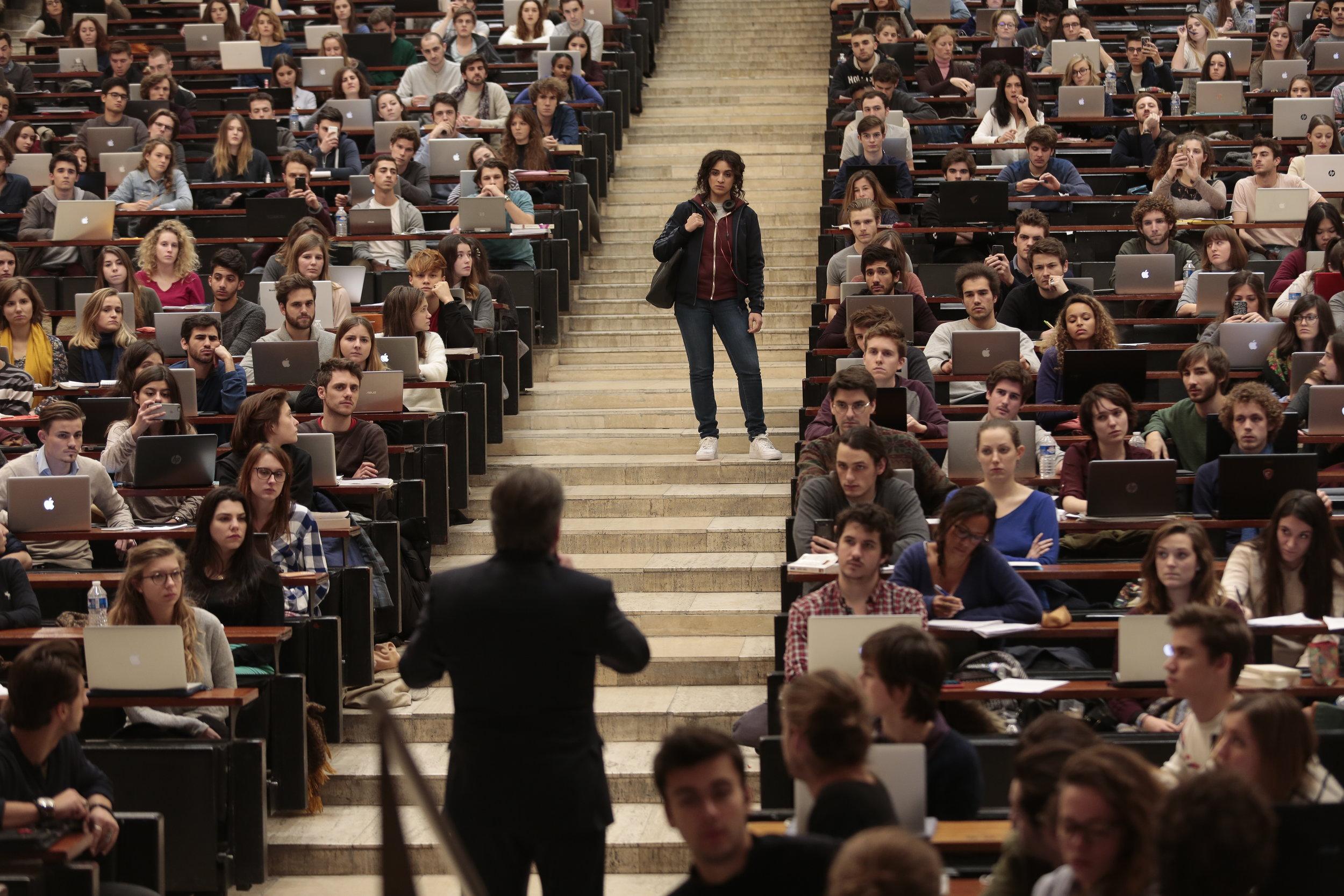 Da Neila (Camélia Jordana) kommer fem minutter for seint til forelesningen, henger professoren (Daniel Auteuil) henne ut i alles påhør.