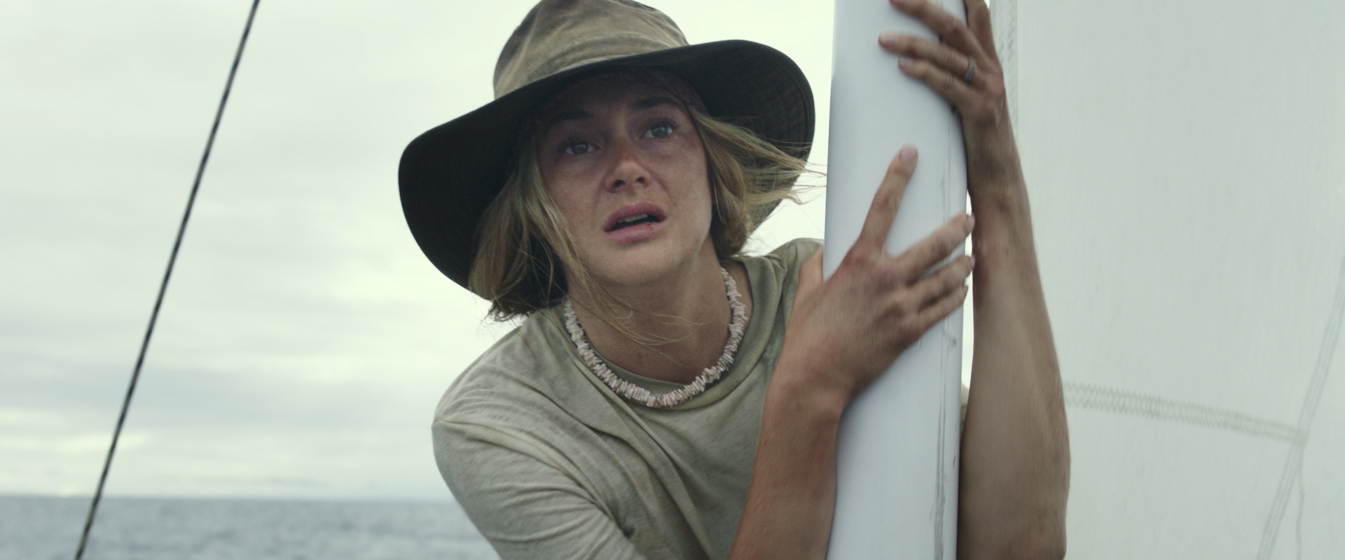 Shailene Woodley spiller tøffingen Tami som må slåss hardt for å overleve på Stillehavet.