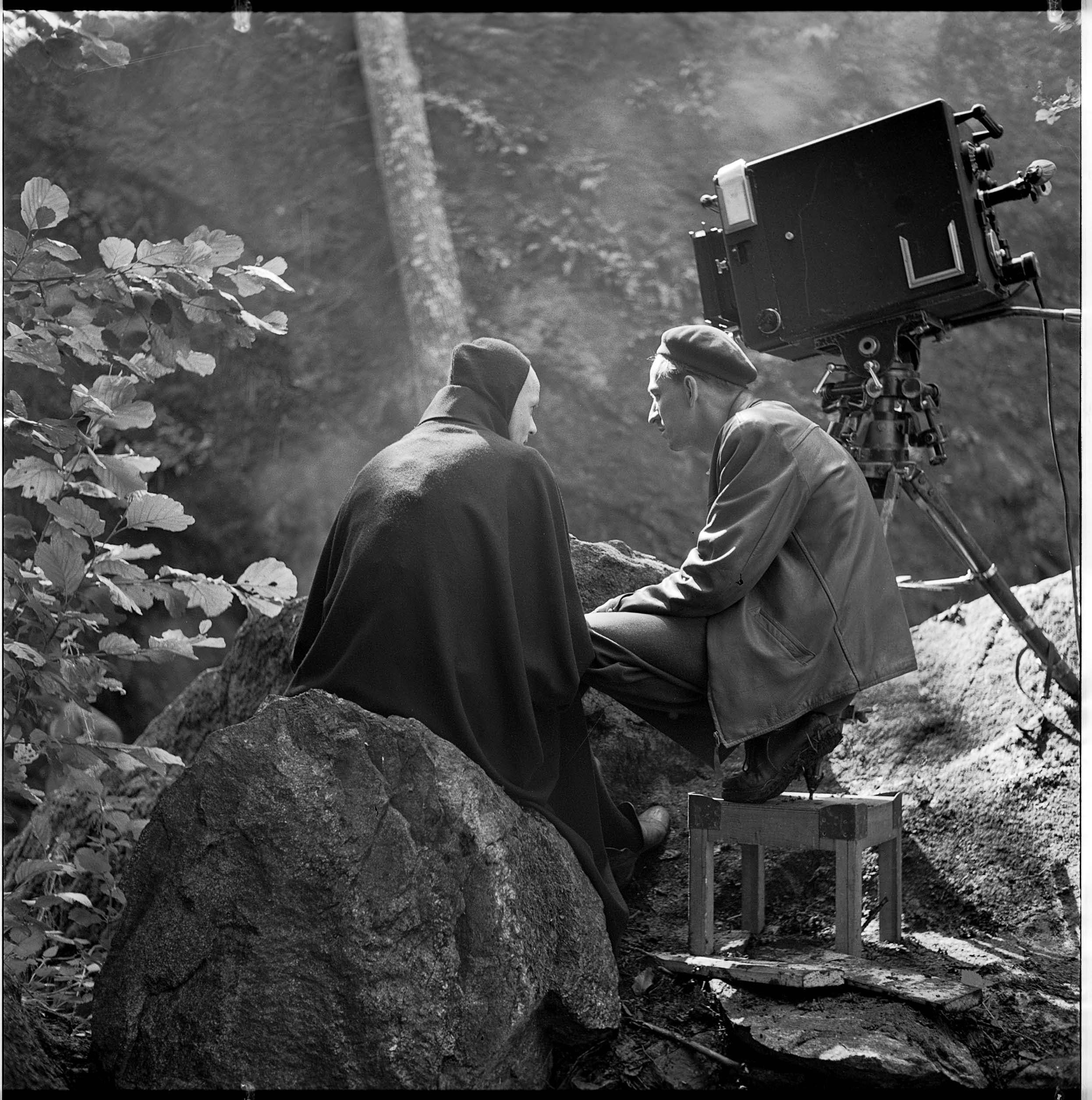 Fra innspillingen av  Det 7. inseglet . Regissør Ingmar Bergman, som led av dødsangst, instruerer Bengt Ekerot i rollen som Døden.