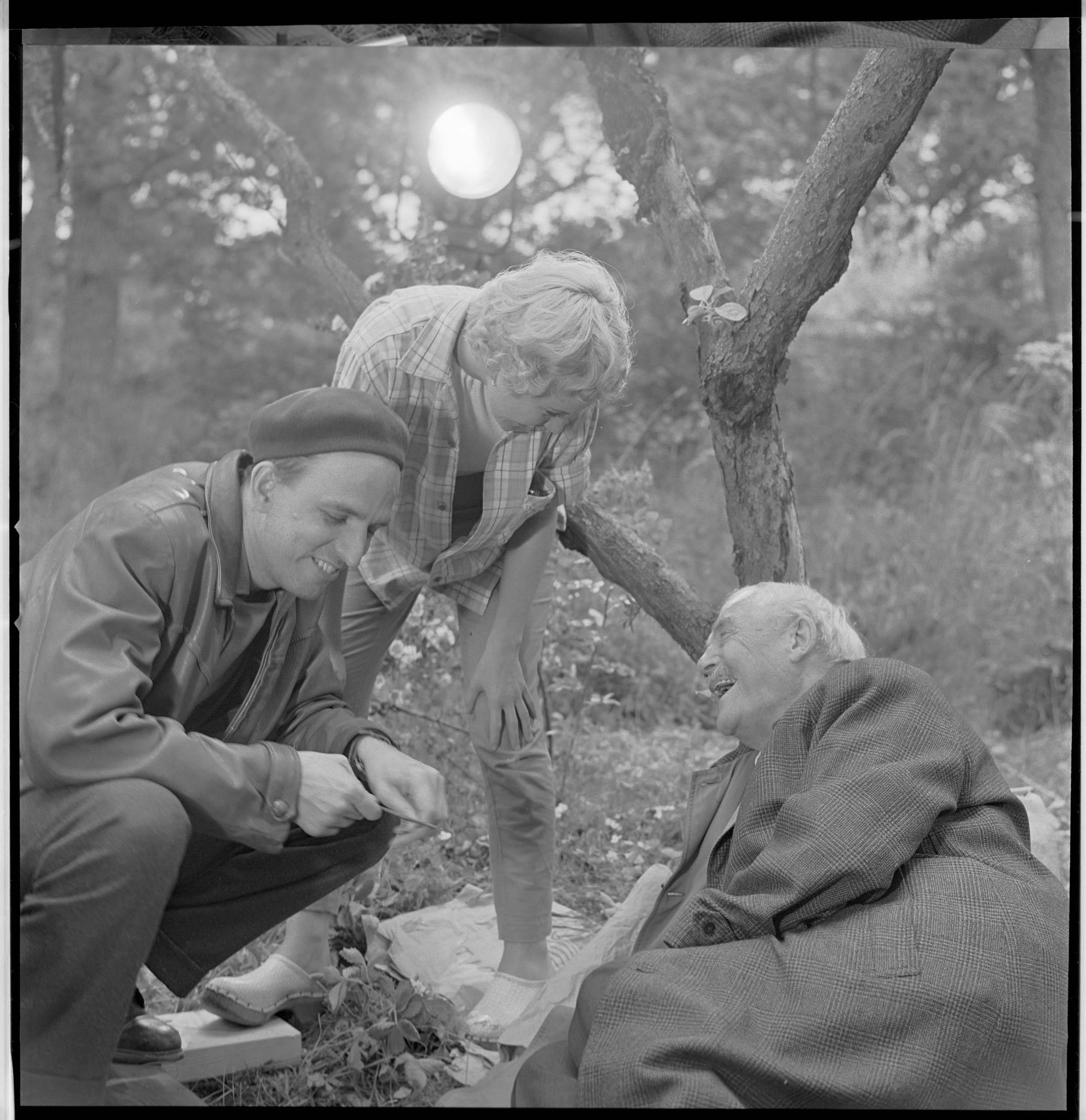 Fra innspillingen av Smultronstället. Bergman instruerer Bibi Andersson og Victor Sjöström.