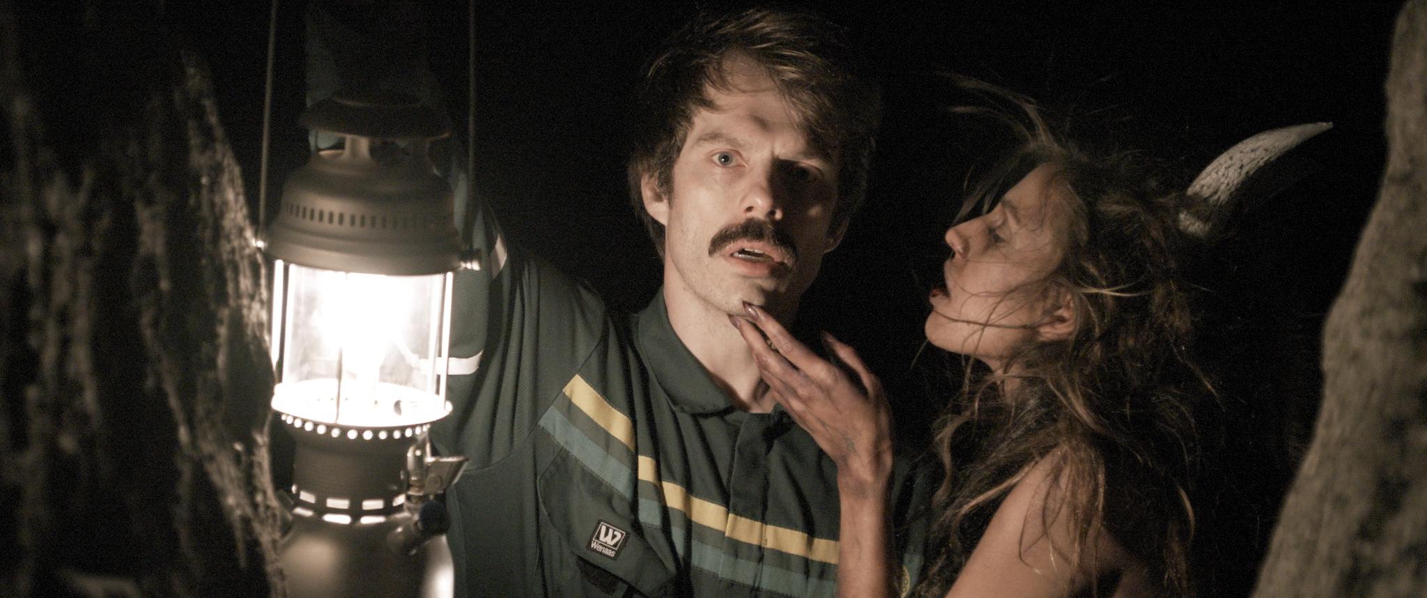 Den seksualfrustrerte Vidar fra Jæren (Thomas Aske Berg) forvandles til en vampyr som glefser i seg kvinnekjøtt. Her lokkes han av en demon (Isabella Cau).