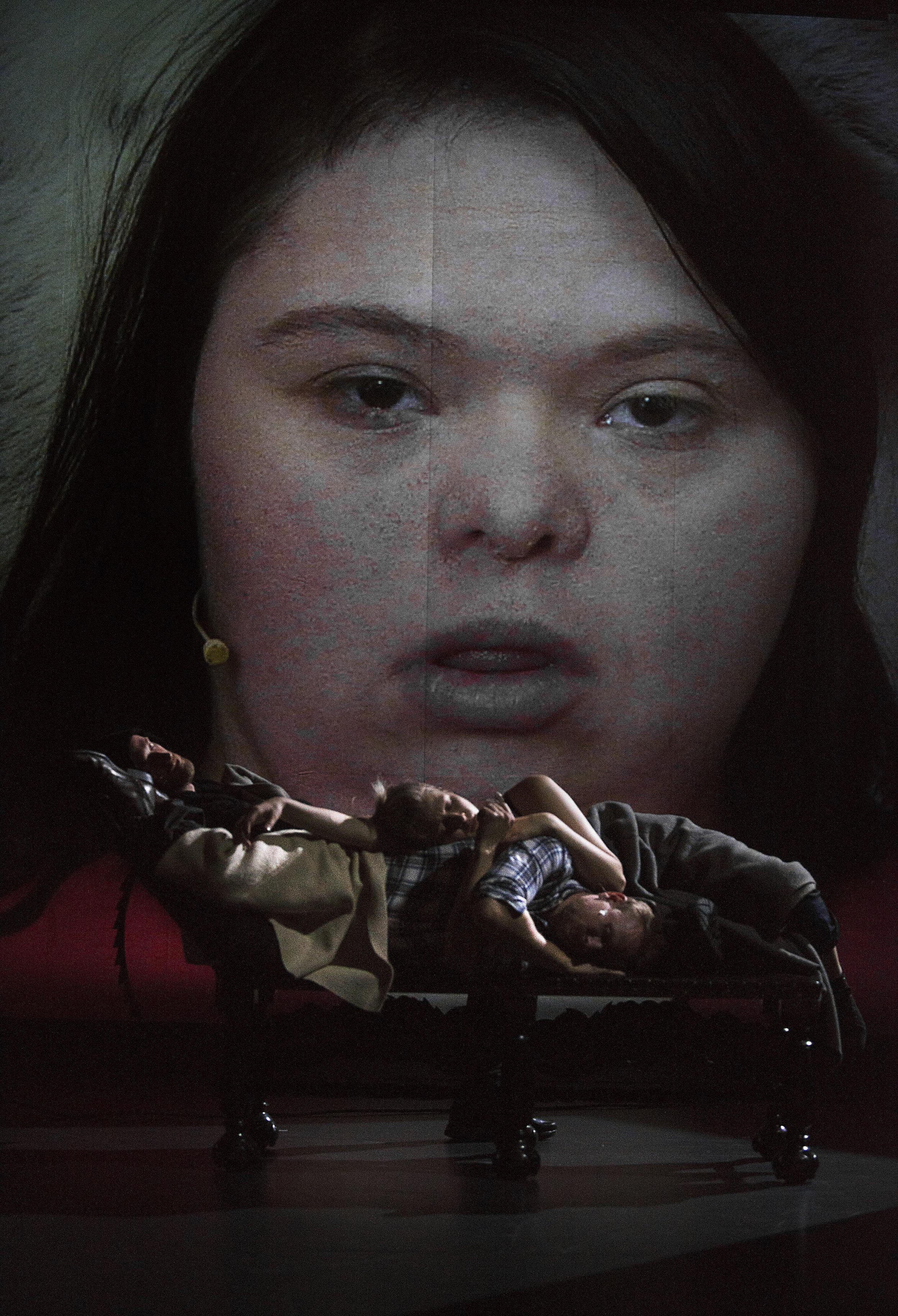 Hedvig (Anne Sofie Kvalvik) blir det forsømte barnet.