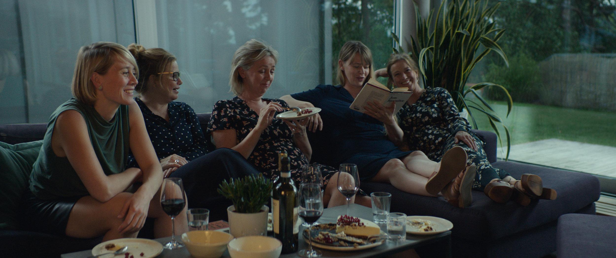 Fem venninner som Anita blir kjent med, er ganske opptatt av å lese om sex i bøkene de låner.