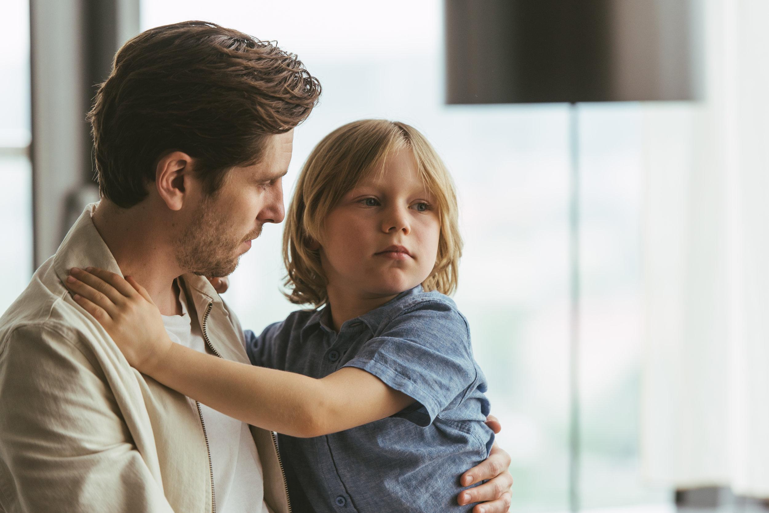 Musikerpappaen Nils (Sverrir Gudnason) er mer opptatt av egen karriere enn å ta vare på barna sine.