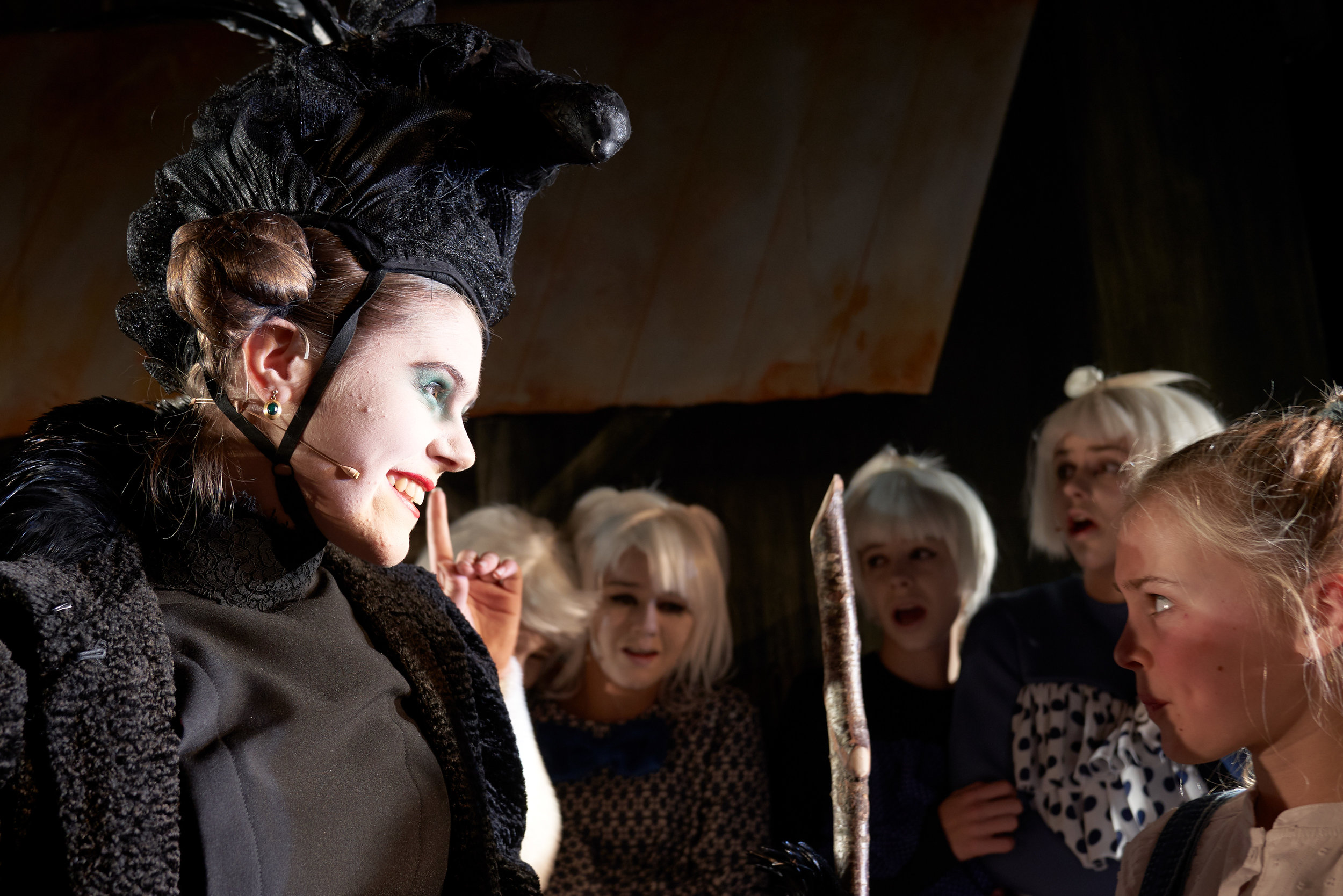Heksa (Katarina Harestad Haukås) spiller ond så det blir ganske skummelt.