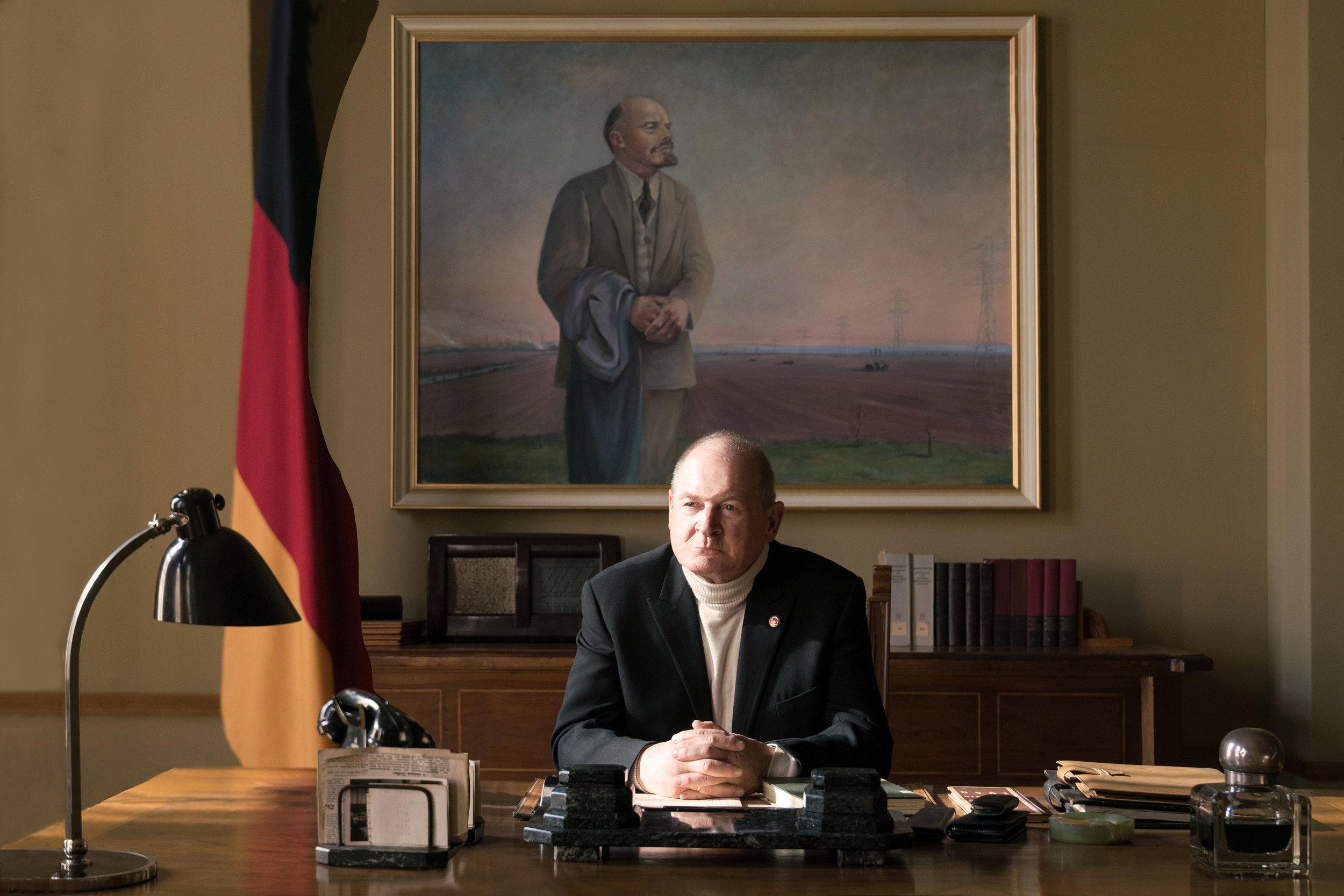 Utdanningsminister Lange (Burghart Klaußner) truer elevene som våger å opponere.