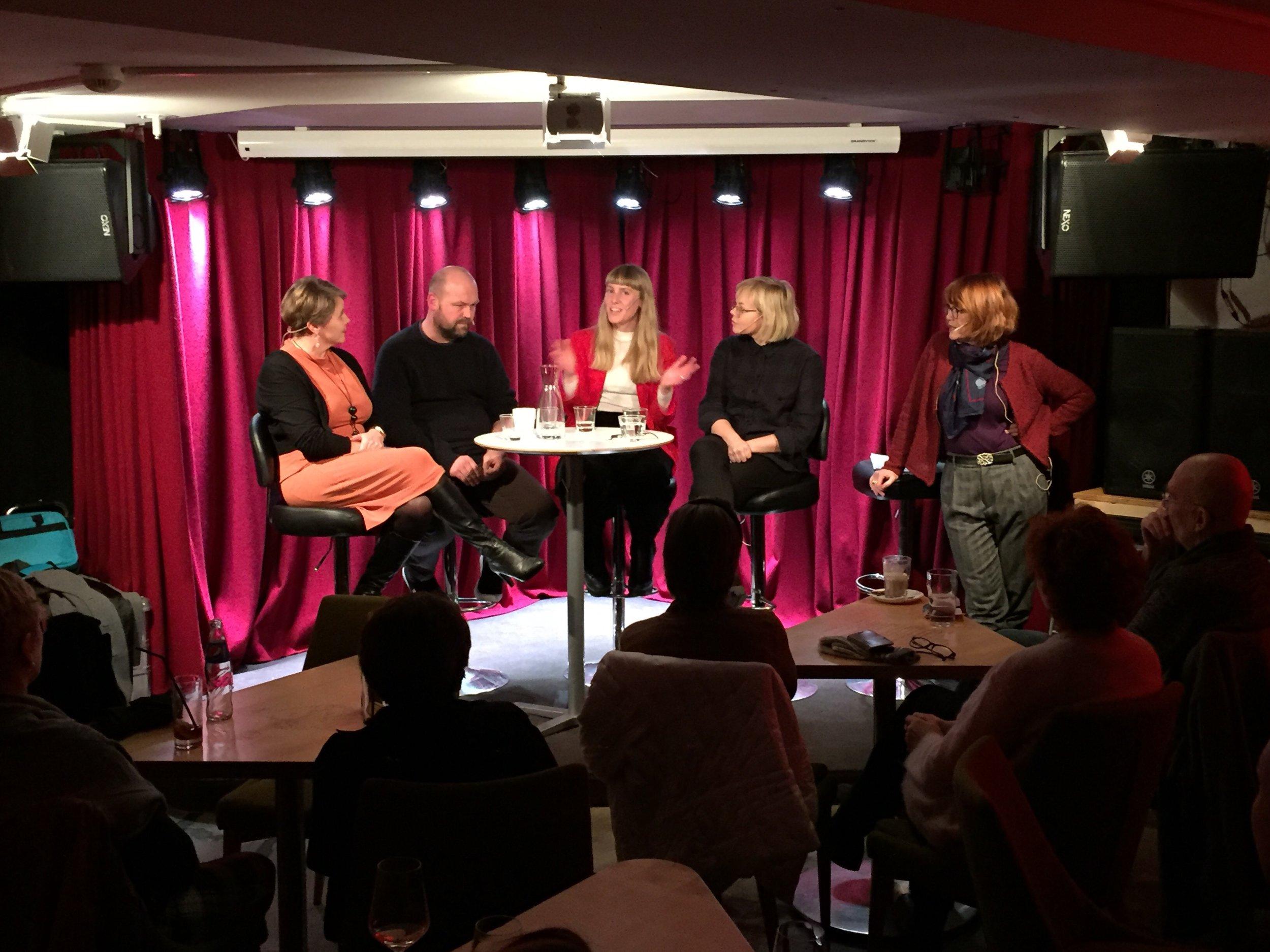 Fra venstre Brita Strand Rangnes, Institutt for kultur- og språkvitenskap, UiS, Carl Jørn Johansen, dramaturg, Eline Arbo, instruktør og Sigrid Strøm Reibo, instruktør. Til høyre debattleder Kristin Aalen.