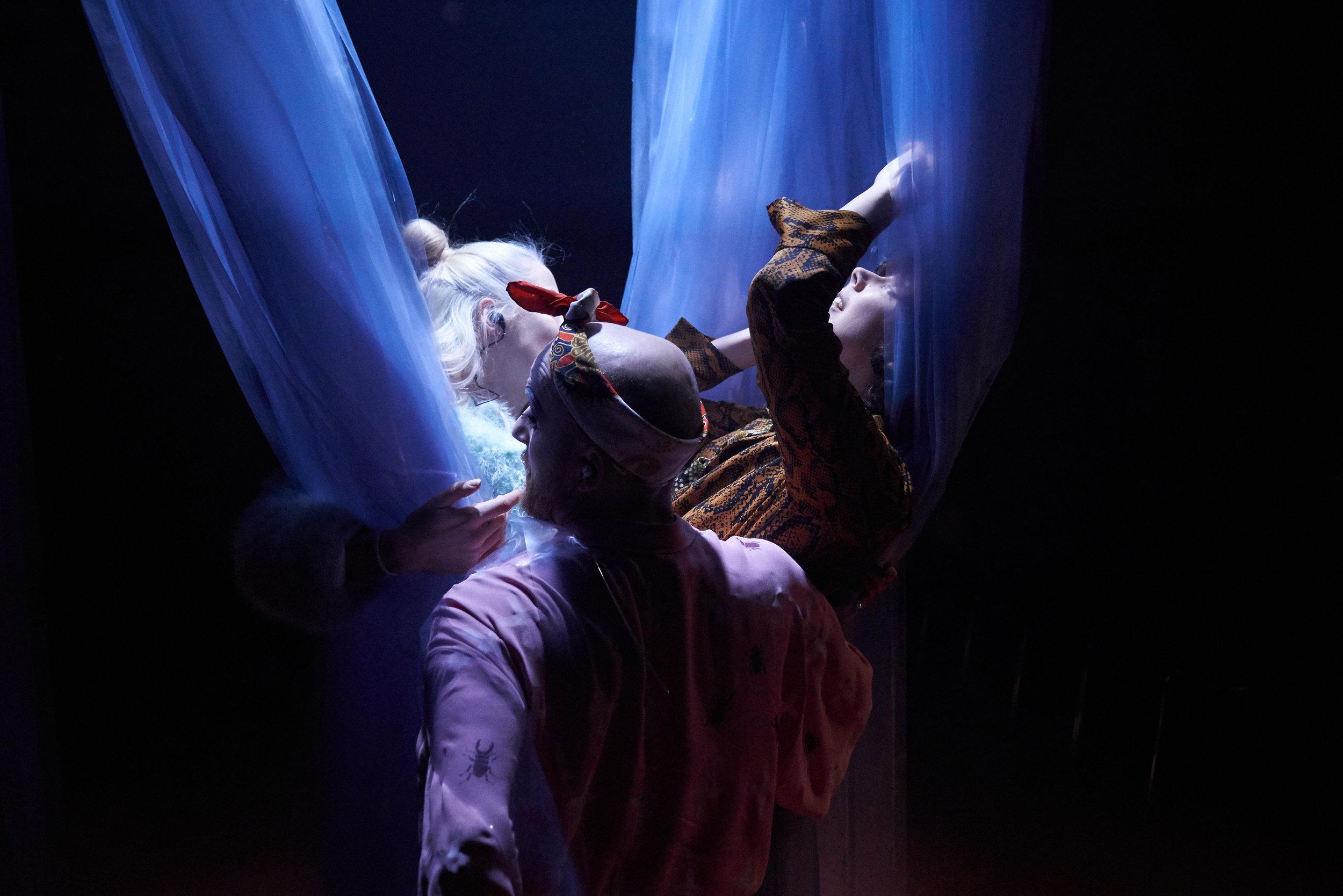 Det deprimerte jegets tanker og følelser formidles gjennom tre aldersversjoner, spilt av Ragnhild Tysse (til høyre), Ingrid Unnur Giæver (til venstre) og Svein Solenes (i midten foran). (Foto: Stig Håvard Dirdal, Rogaland Teater)