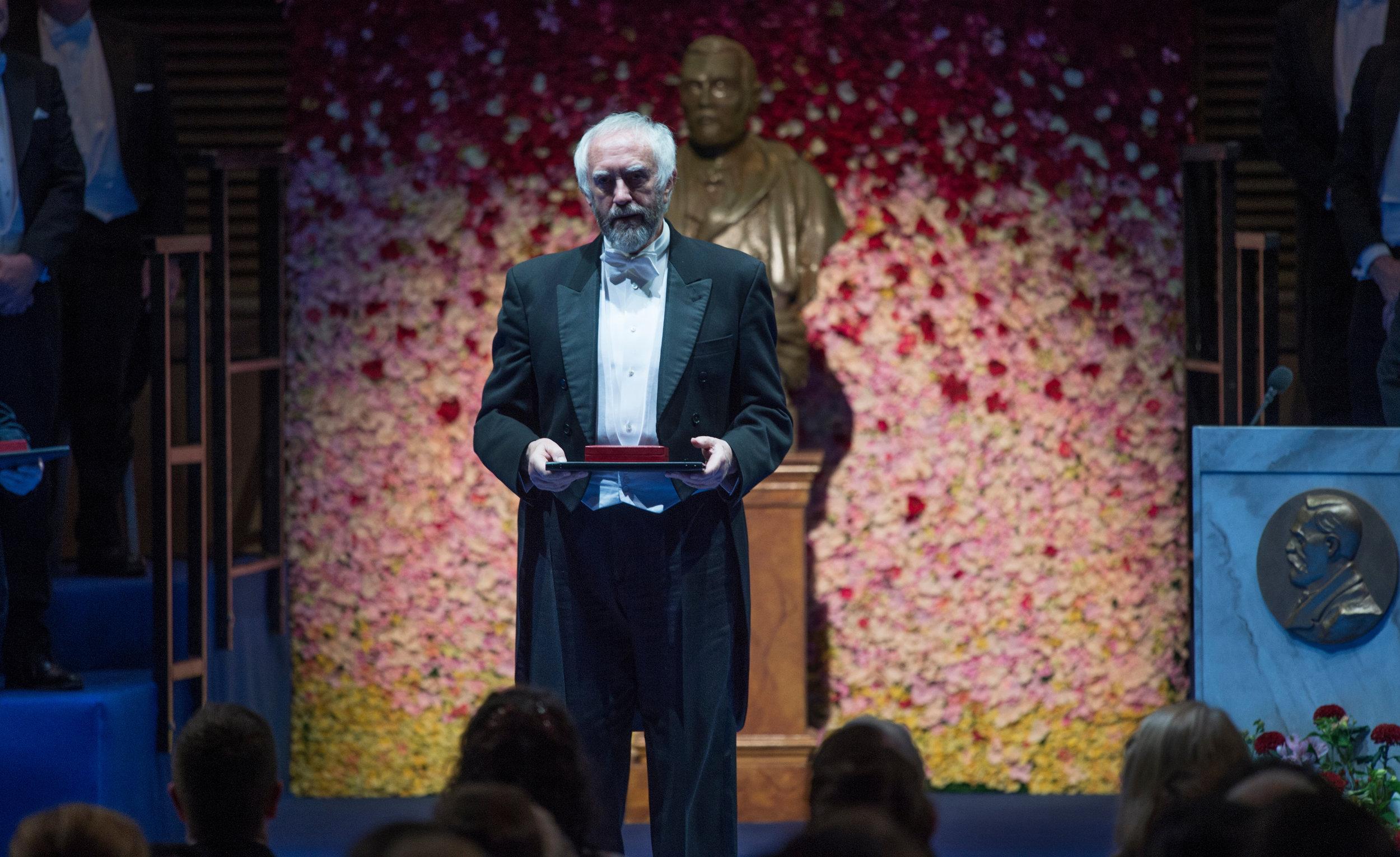 Joe Castleman (Jonathan Pryce) under nobelprisseremonien i Stockholm.