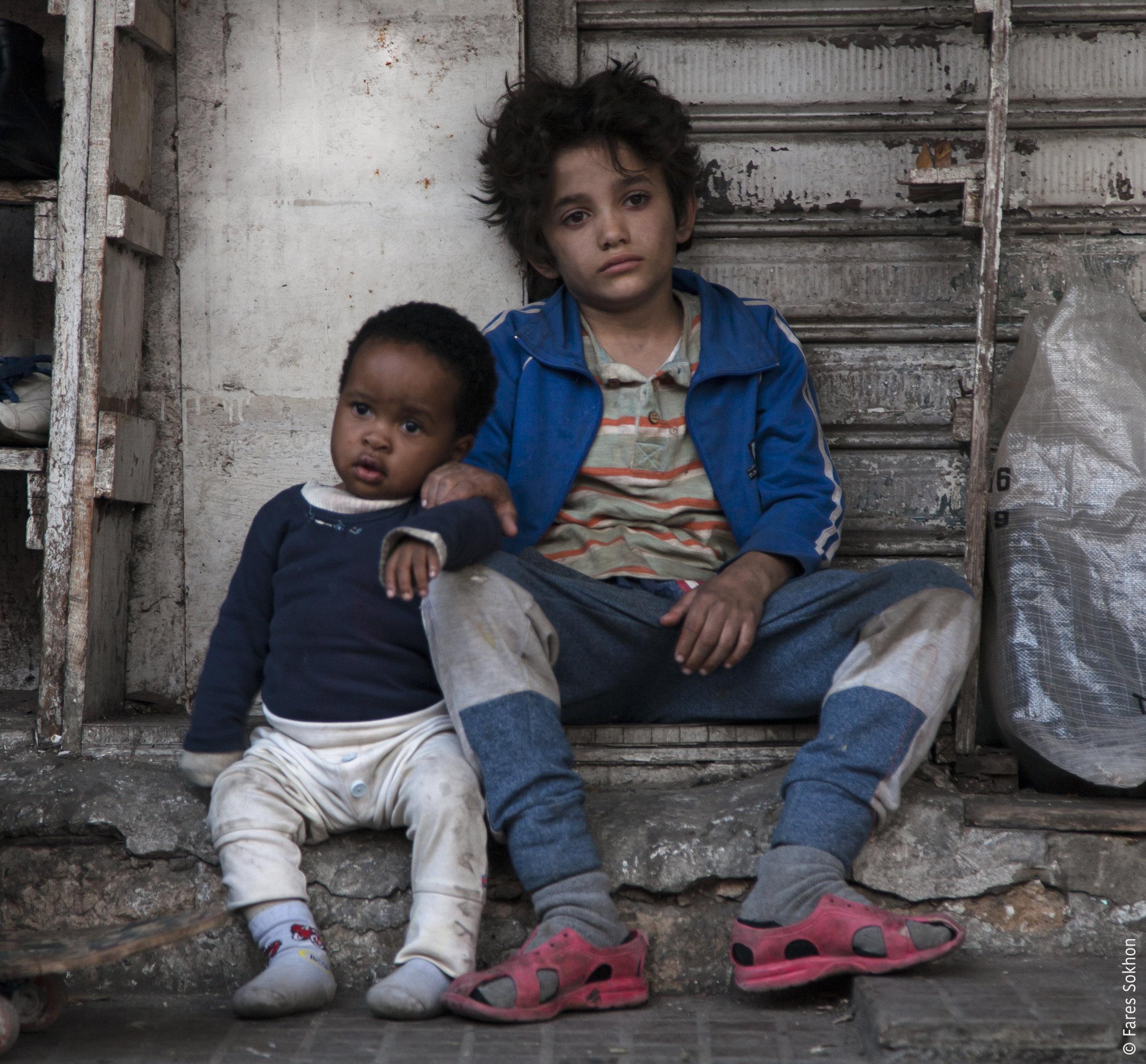 Zain (Zain Al Rafeea) og smårollingen (Boluwatife Treasure Bankole) til Tigest mangler begge ID-papirer. Er de da ikke barn med rettigheter? (Foto: Arthaus)