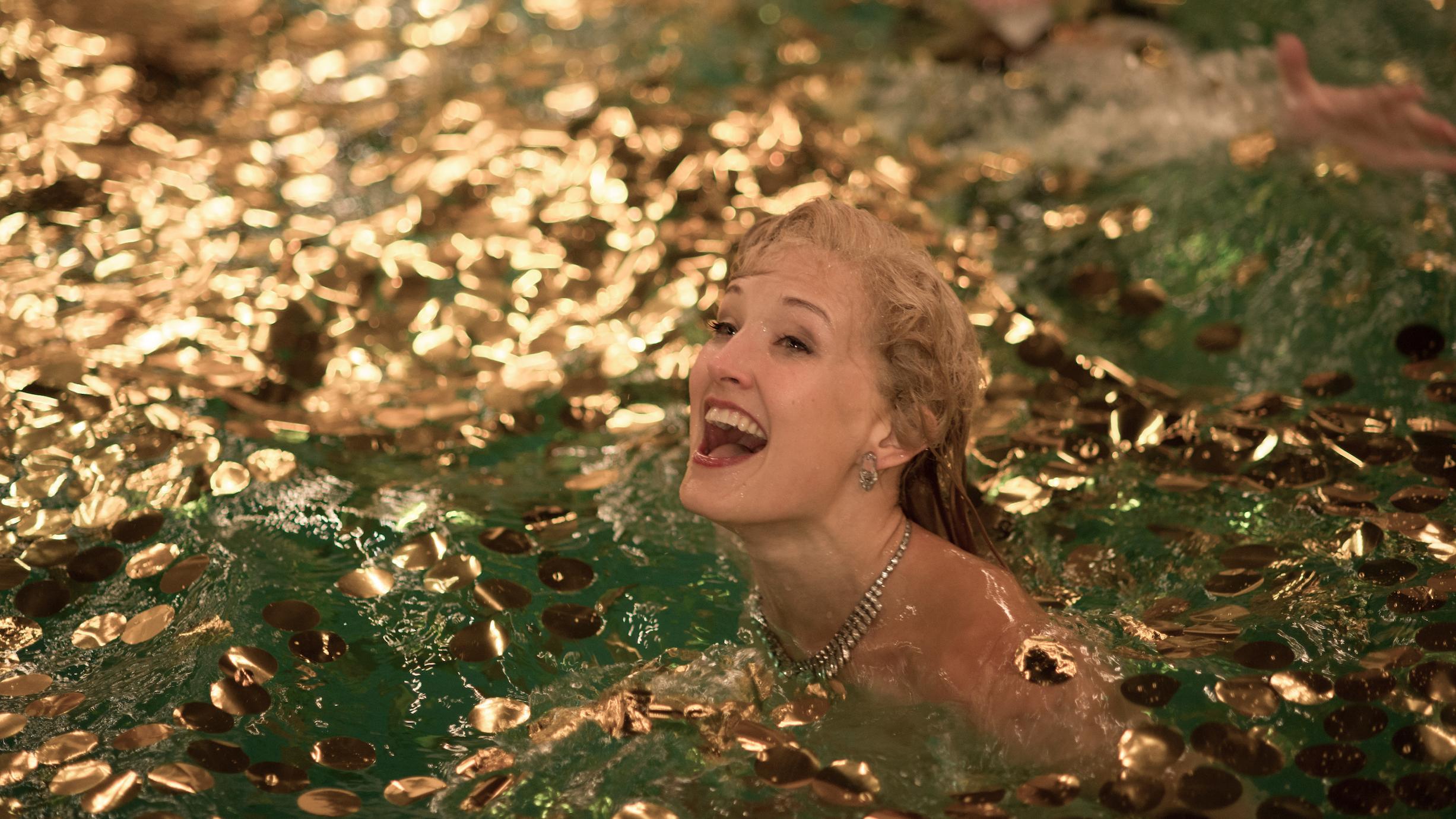 Sonja Henie (Ine Marie Wilmann) opplevde at pengene flommet inn og brukte dem gjerne til utagerende festing ved og i bassenget. (Foto: Jose Haro)