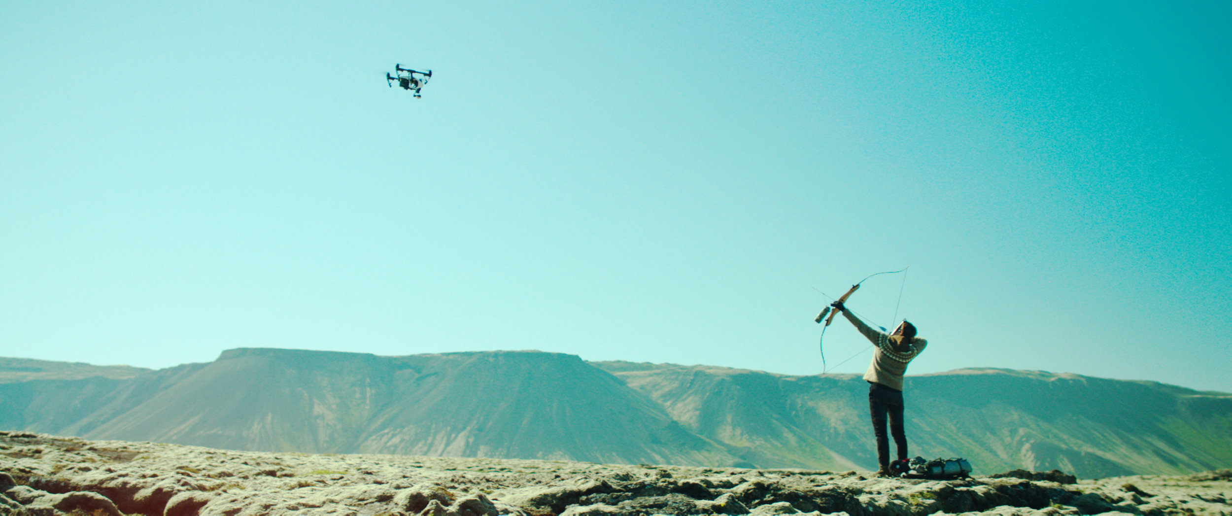 Miljøaktivisten Halla (Halldóra Geirharðsdóttir) slåss mot dronen som politiet bruker for å avsløre hvem og hvor hun er. (Foto: Arthaus)