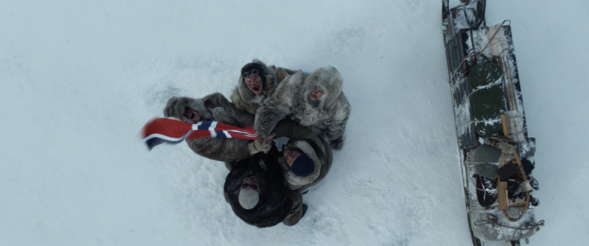 Amundsen & Co planter flagget på Sydpolen.