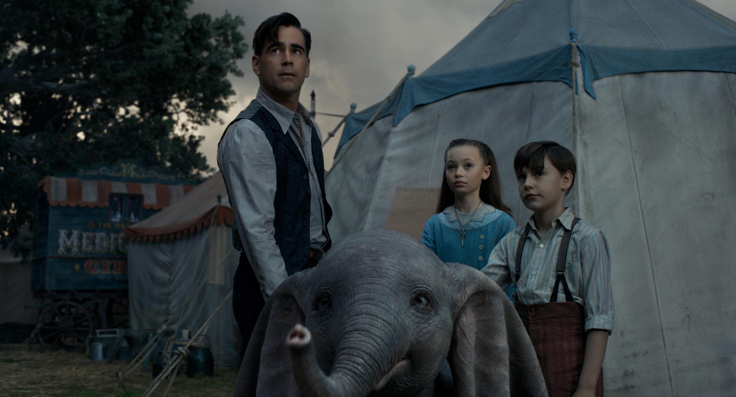 Sirkuselefanten Dumbo omgitt av pappa Holt (Colin Farrell) og barna Milly (Nico Parker) og Joe (Finley Hobbins).