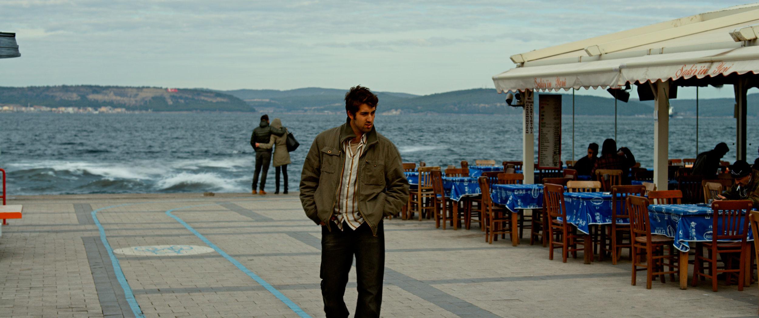 Sinan (Dogu Demirkol) vil bli forfatter. Nå har han vendt tilbake til hjembyen Çanakkale for å få støtte og anerkjennelse.