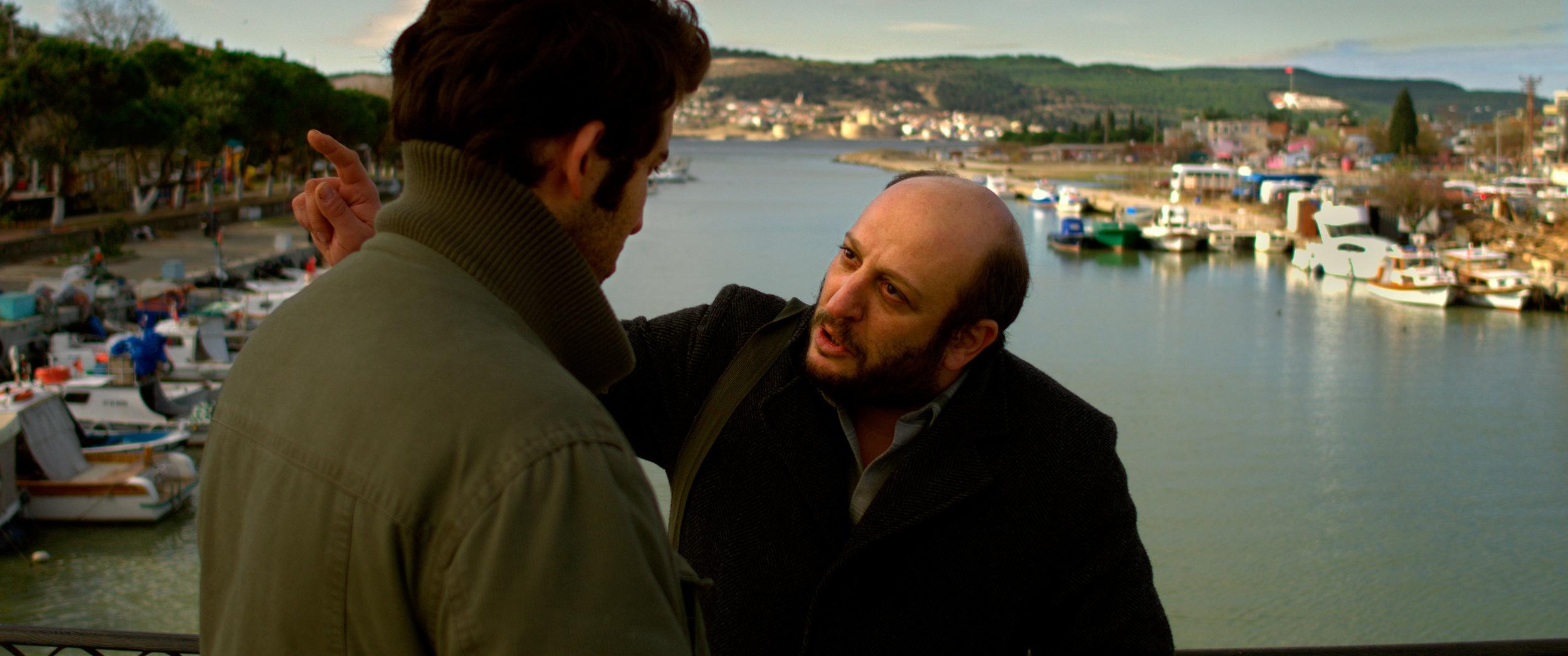 Byens berømte forfatter Suleyman (Serkan Keskin, til høyre) skjeller til slutt ut Sinan som håper å få gitt ut en bok.