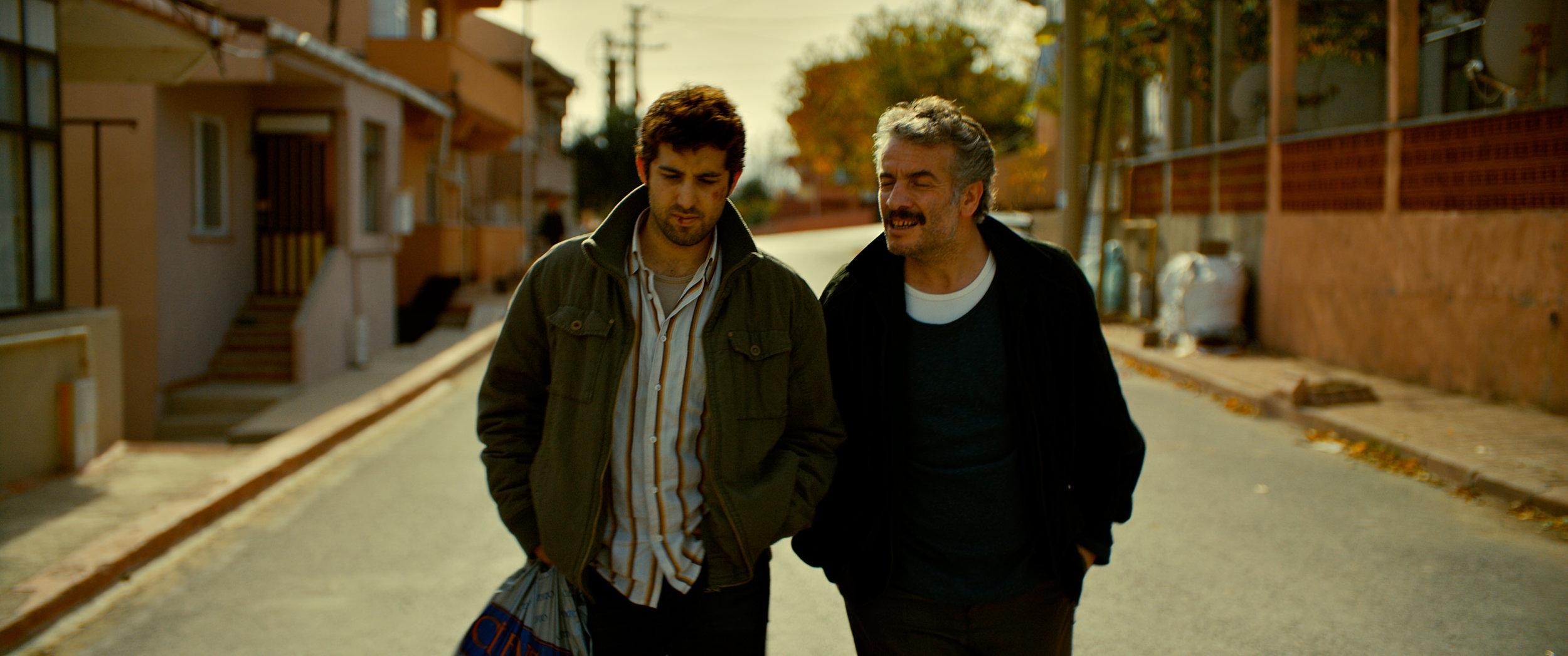 Sinan og faren Idris (Murat Cemcir) har et anstrengt forhold fordi faren bruker alle pengene sine på gambling.