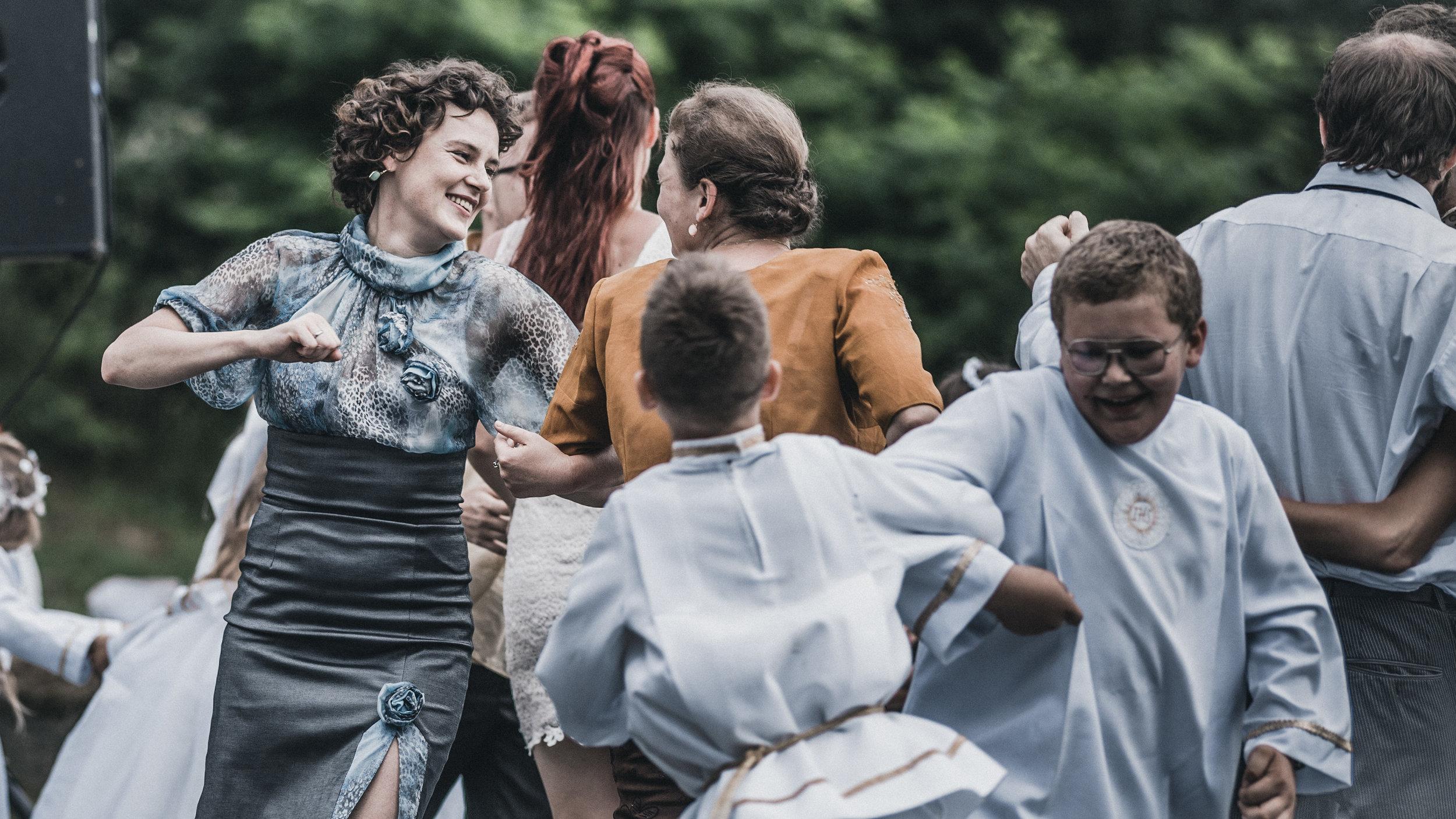 Jaceks søster (Agnieszka Podsiadlik) svinger seg under festen for menighetens konfirmanter.