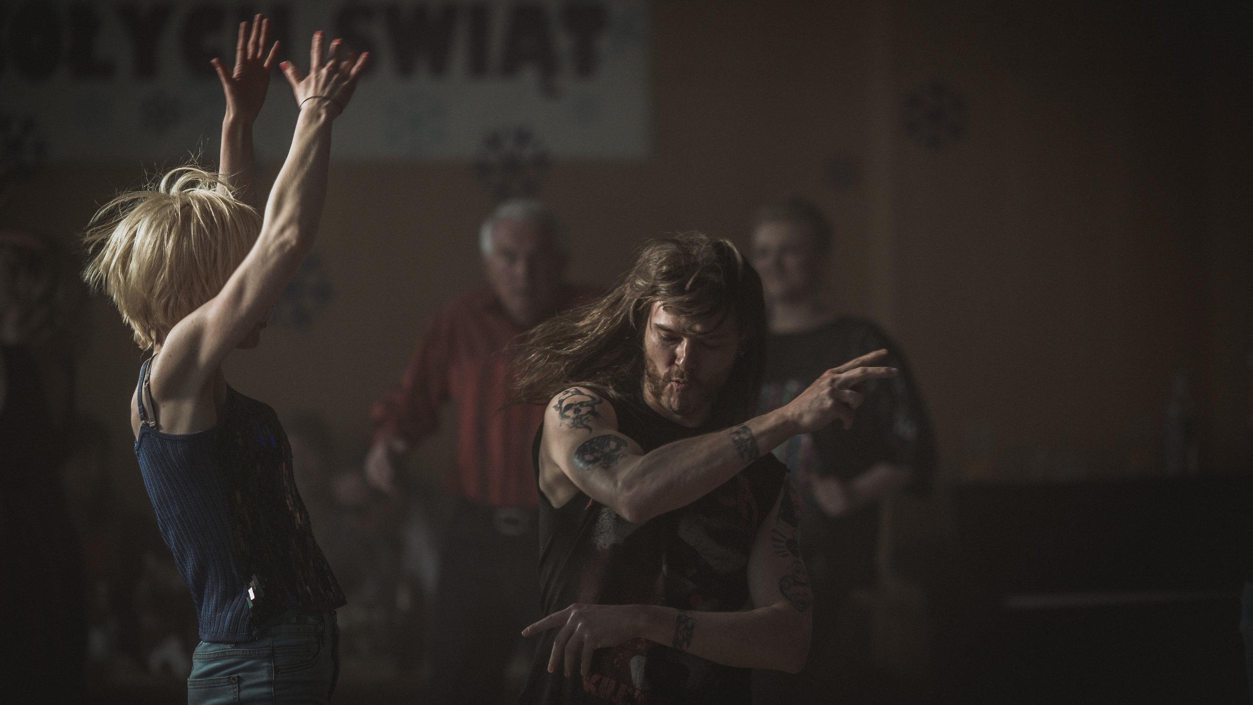 Jacek digger heavy metal, Dagmara er første kvinne ut på dansegolvet på den lokale puben.