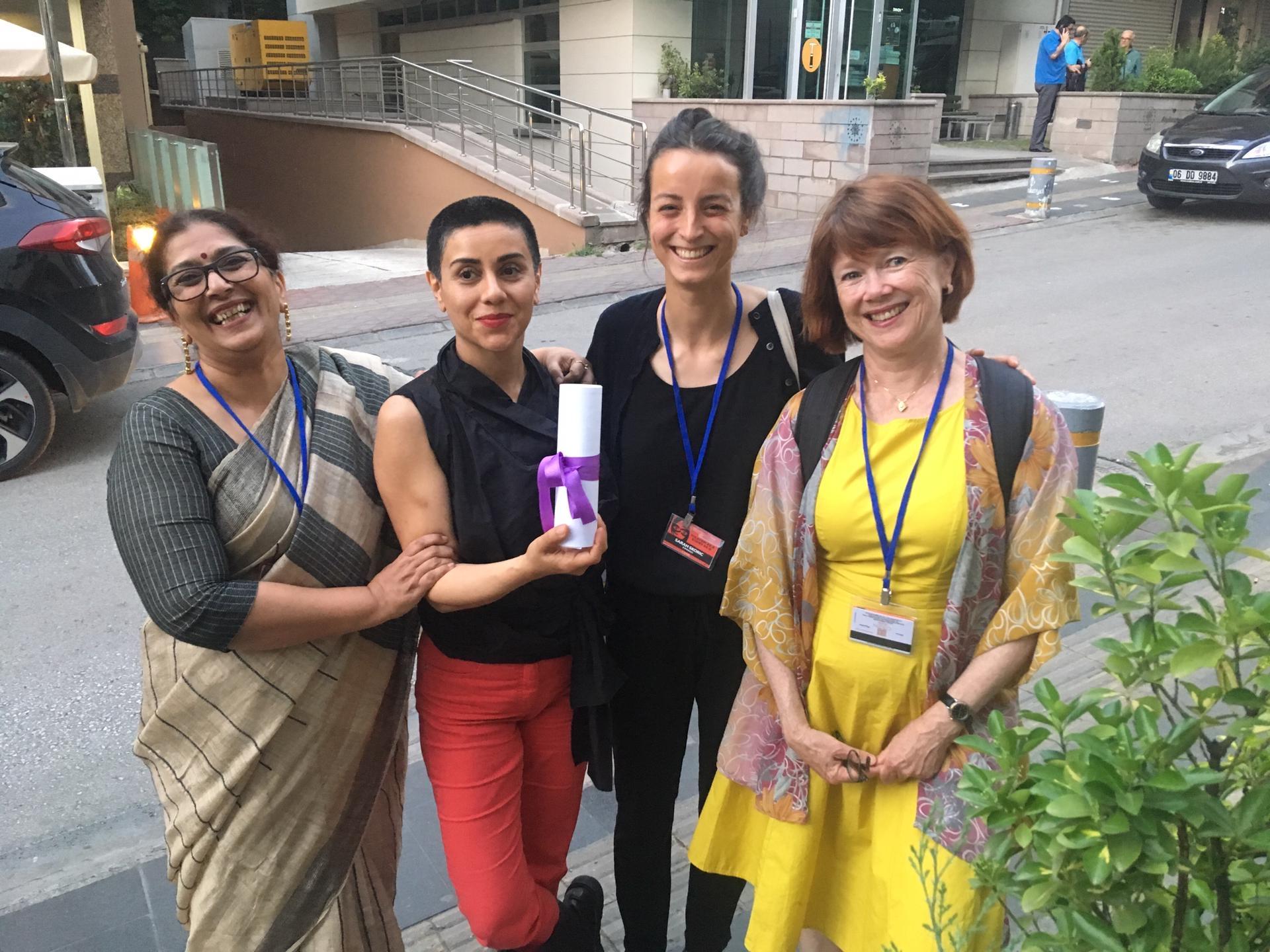 Fipresci-juryen og dens vinner i Ankara: Fra venstre Meena Karnik, India, Mania Akbari, Iran, Sarah Skoric, Belgia, og Kristin Aalen, Norge.