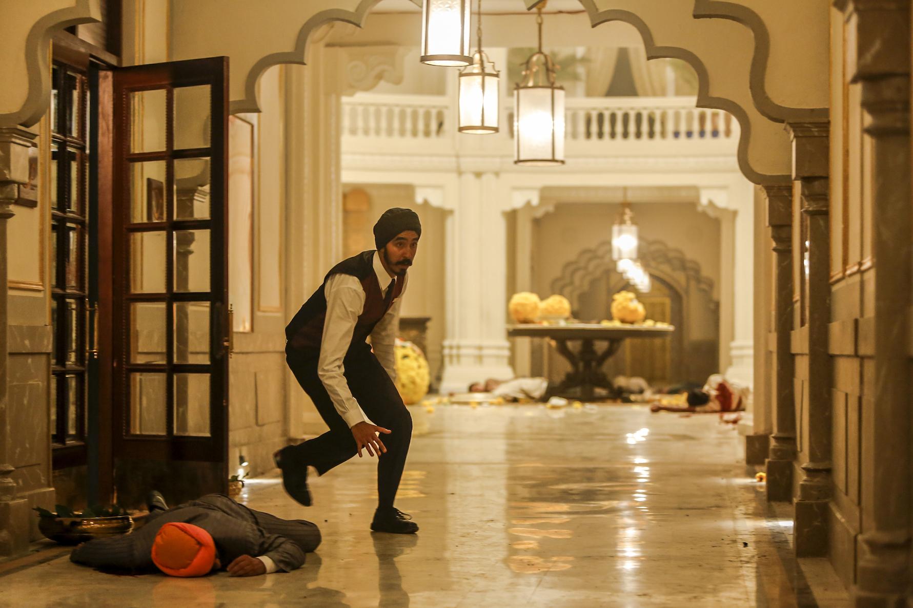 Kelneren Arjun (Dev Patel) gjør alt han kan for å berge gjester ut av terroristenes grep i Hotel Taj i Mumbai. (Foto: Many More Films)