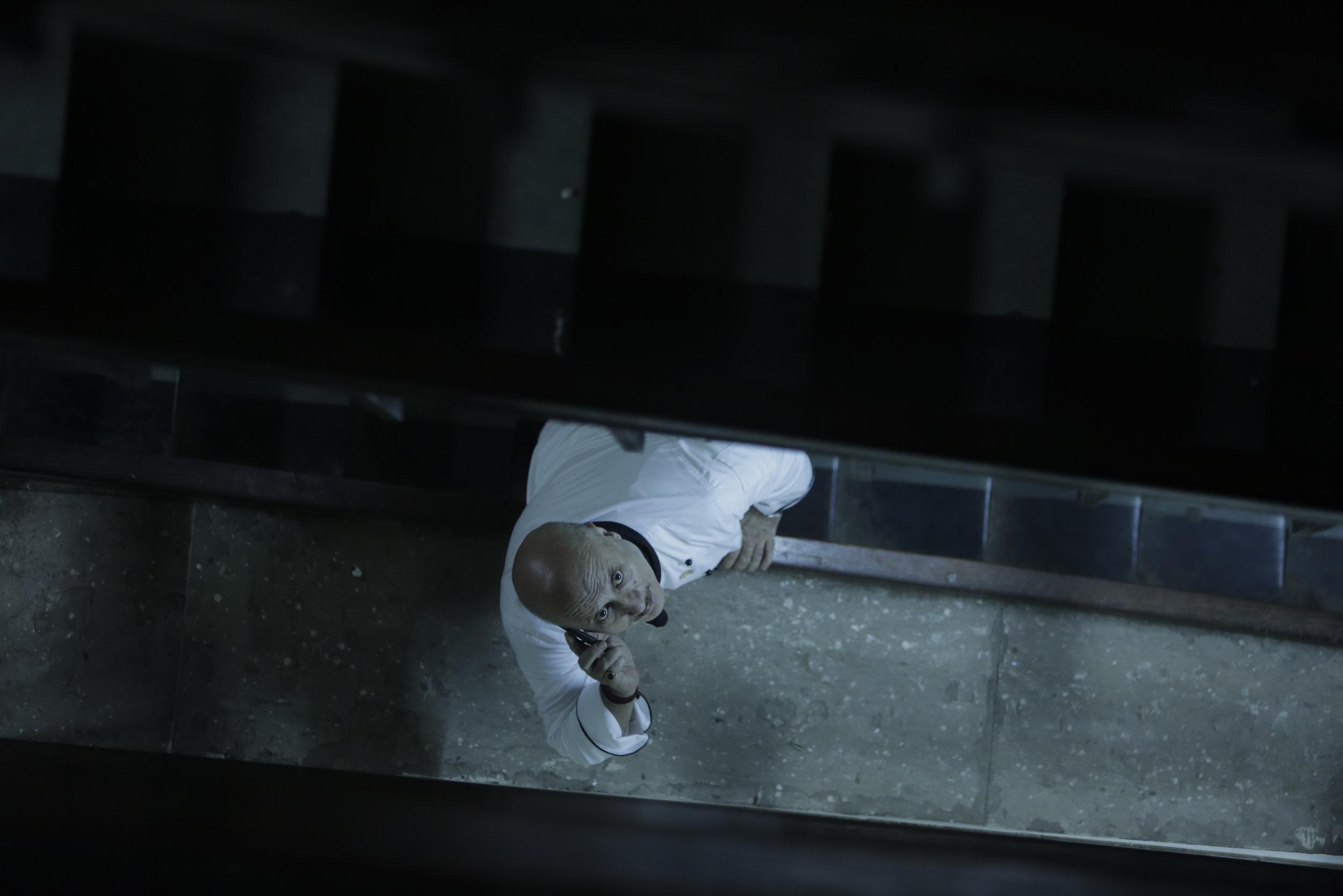 Sjefskokken Hemant Oberoi (Anupam Kher) gjør en heltemodig innsats for å berge hotellgjester og ansatte.