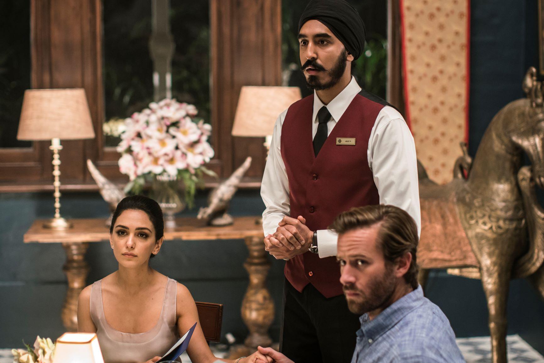 Arjun (Dev Patel) skal til å varte opp det indiske-amerikanske paret i en av hotellets restauranter da terroristene slår til.