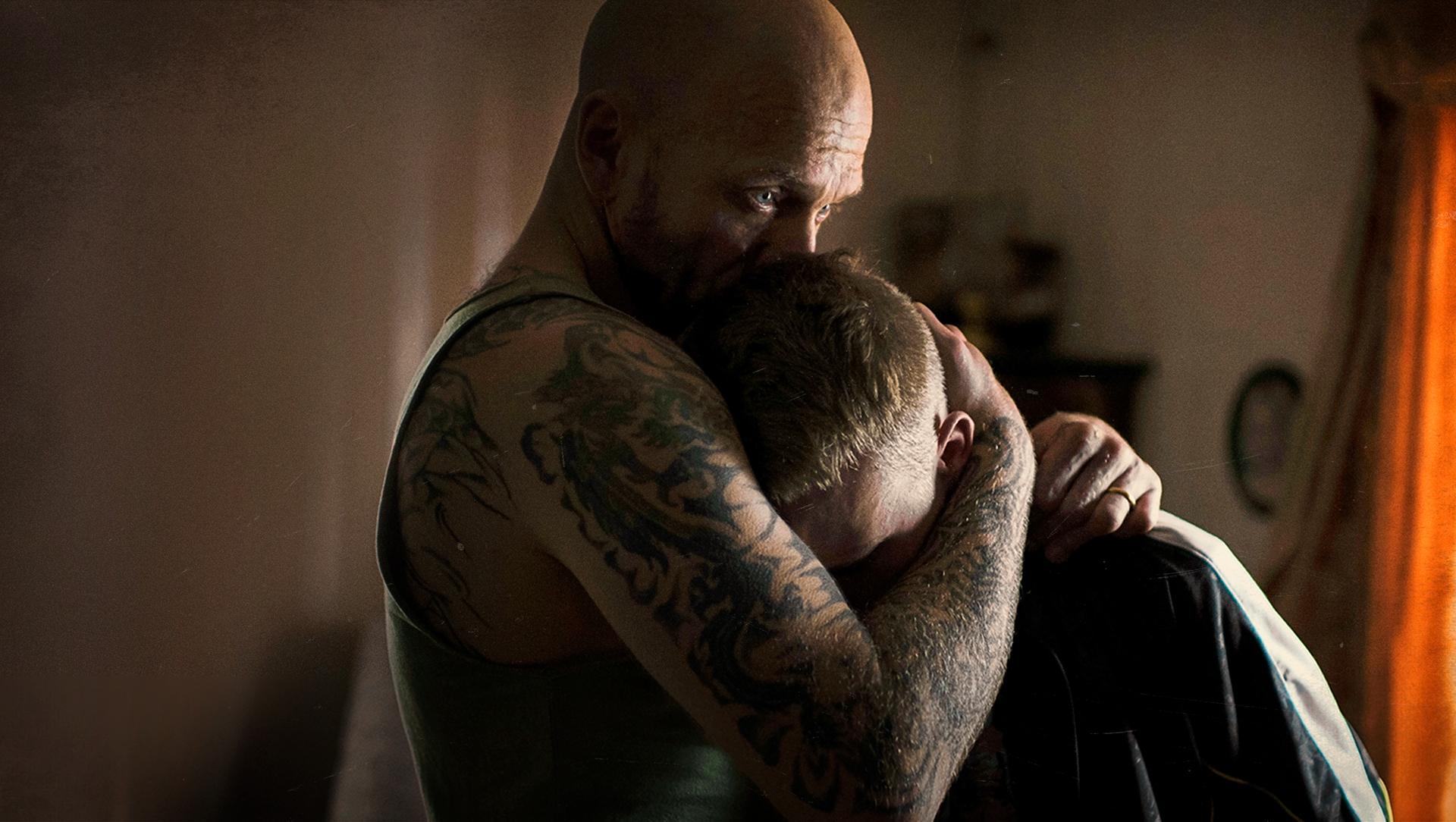 Pappa Roland (Joakim Sällquist) er glad i sønnen Kim (Sebastian Ljungblad), men har ingen annen framtid å by ham enn å bli med på dop- og spritsmugling.
