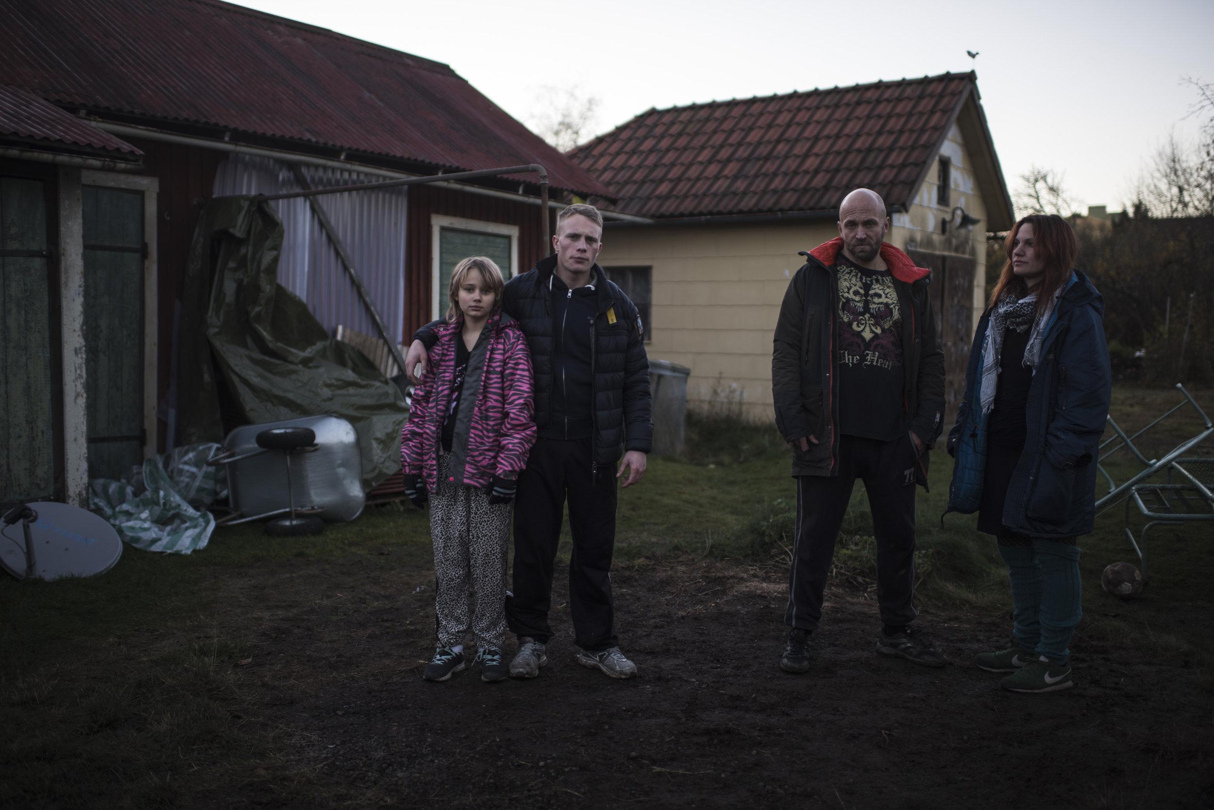 Lillesøster Sara, storebror Kim (Sebastian Ljungblad), pappa Roland (Joakim Sällquist) og mamma Ingela (Tuva Linghult).