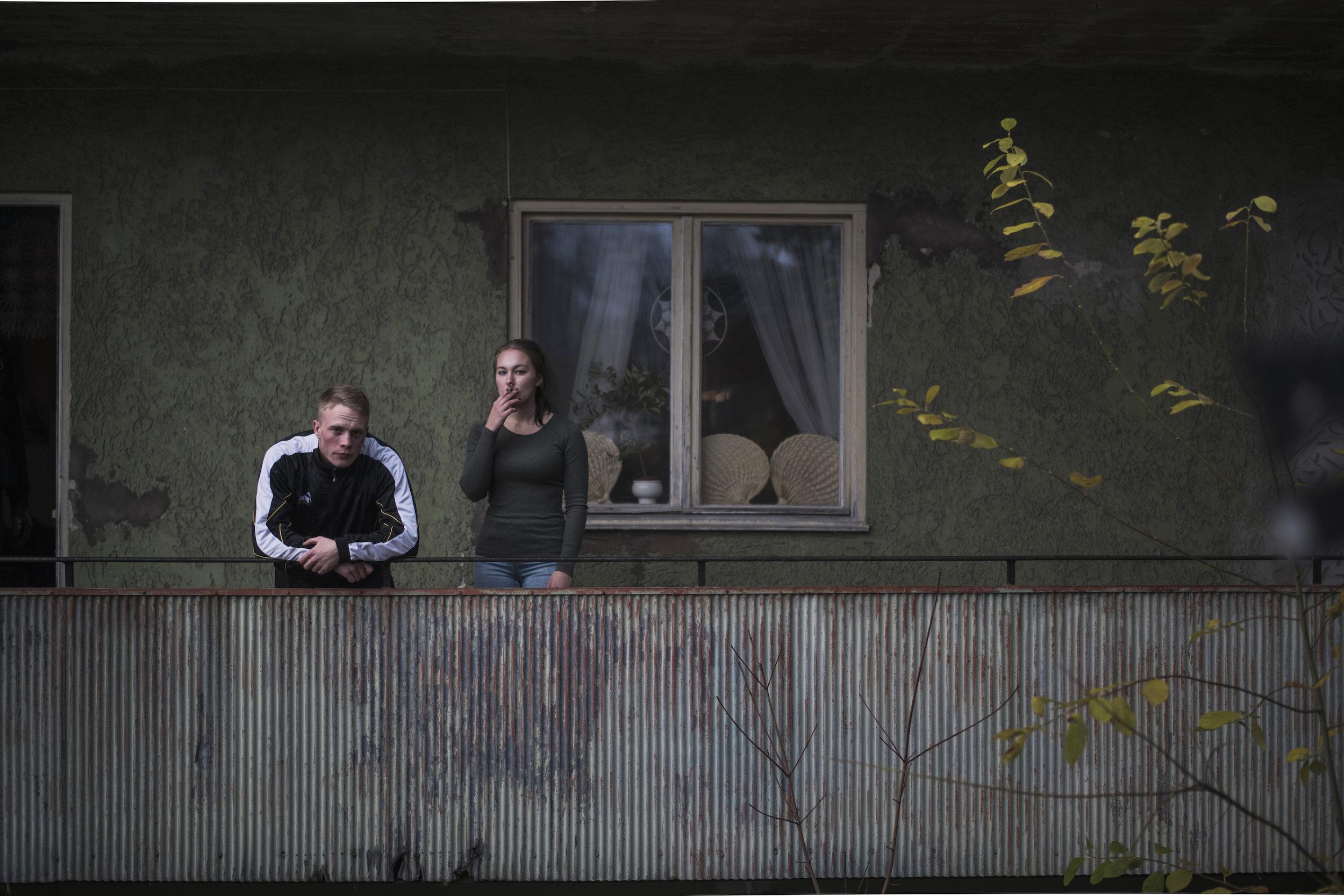 Veien ut av gangsterbygda: Venninnen Jonna (Cornelia Andersson) har skaffet seg lærlingeplass i Västerås. Skal Kim gjøre det samme?