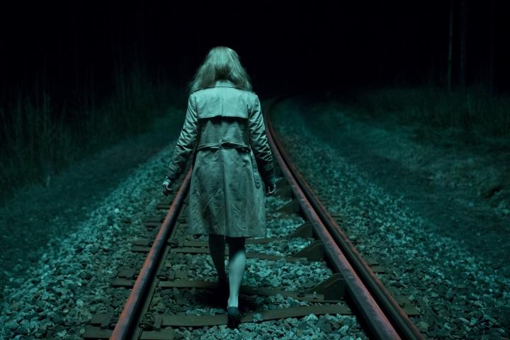 En forkommen kvinne stavrer seg på høye hæler gjennom en t-bane-tunnel. Hvorfor har hun stukket hjemmefra?