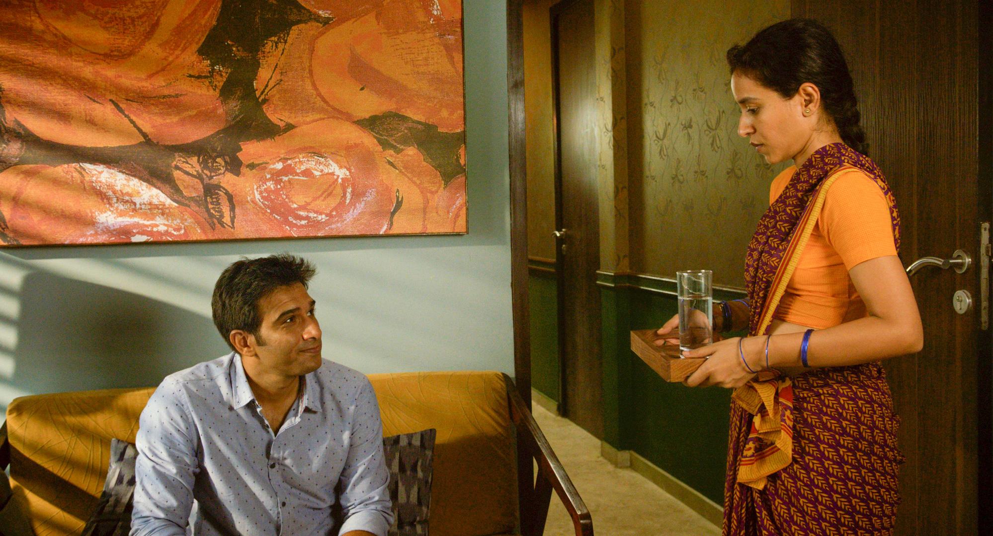 Vil det noen gang bli mulig for hushjelpen Ratna (Tillotama Shome) å kalle Ashwin (Vivek Gomber) ved fornavn heller enn å si Sir?