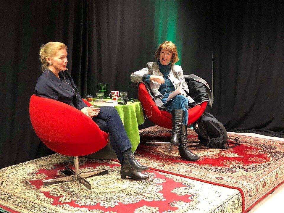 Forfatter Maja Lunde ble bokbadet om sine tre klimaromaner av Kristin Aalen i Randaberg folkebibliotek. (Foto: Anders Jaarvik)