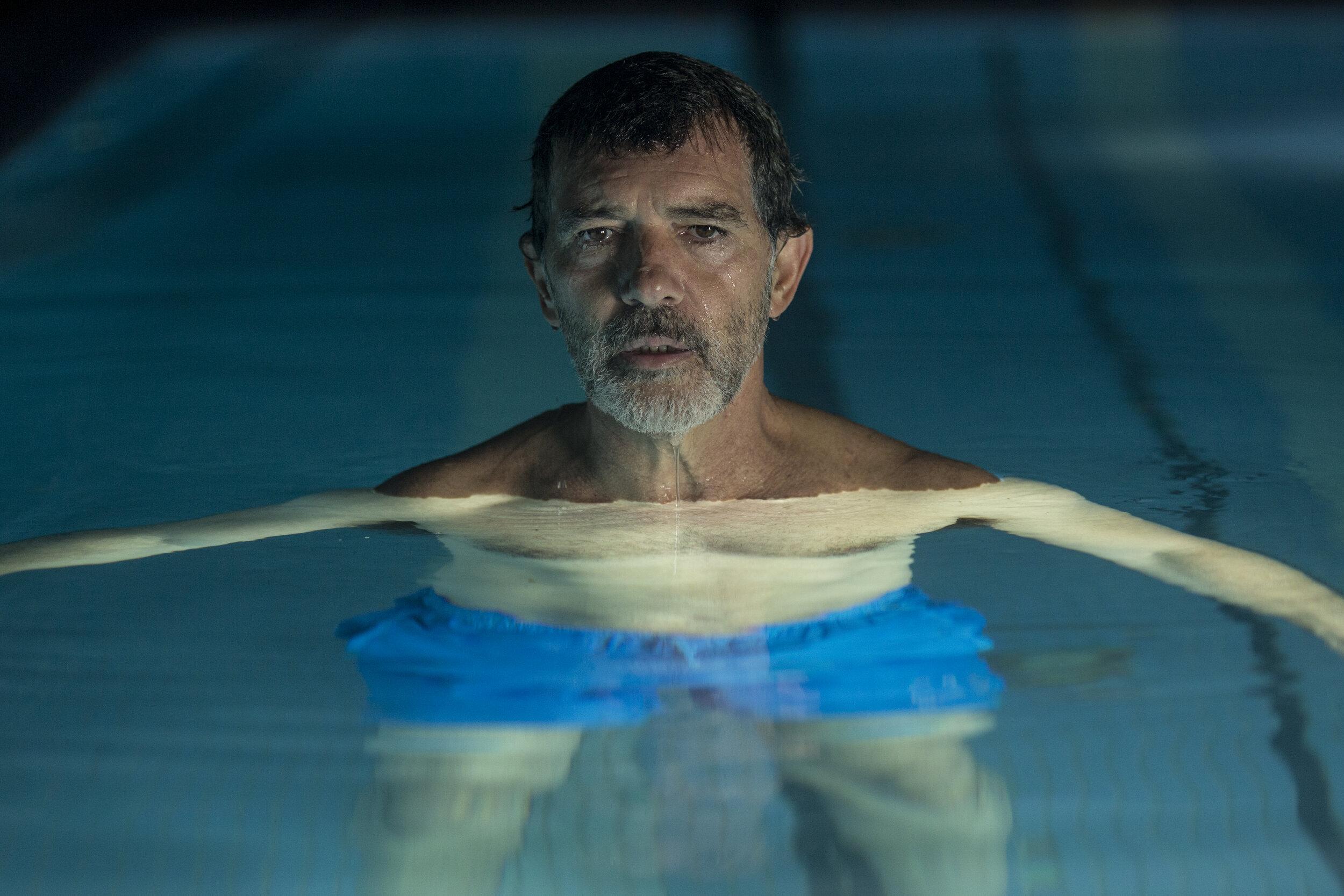 Den aldrende filmregissøren Salvador Mallo (Antonio Banderas) ser tilbake på sitt liv. (Foto: Norsk Filmdistribusjon)