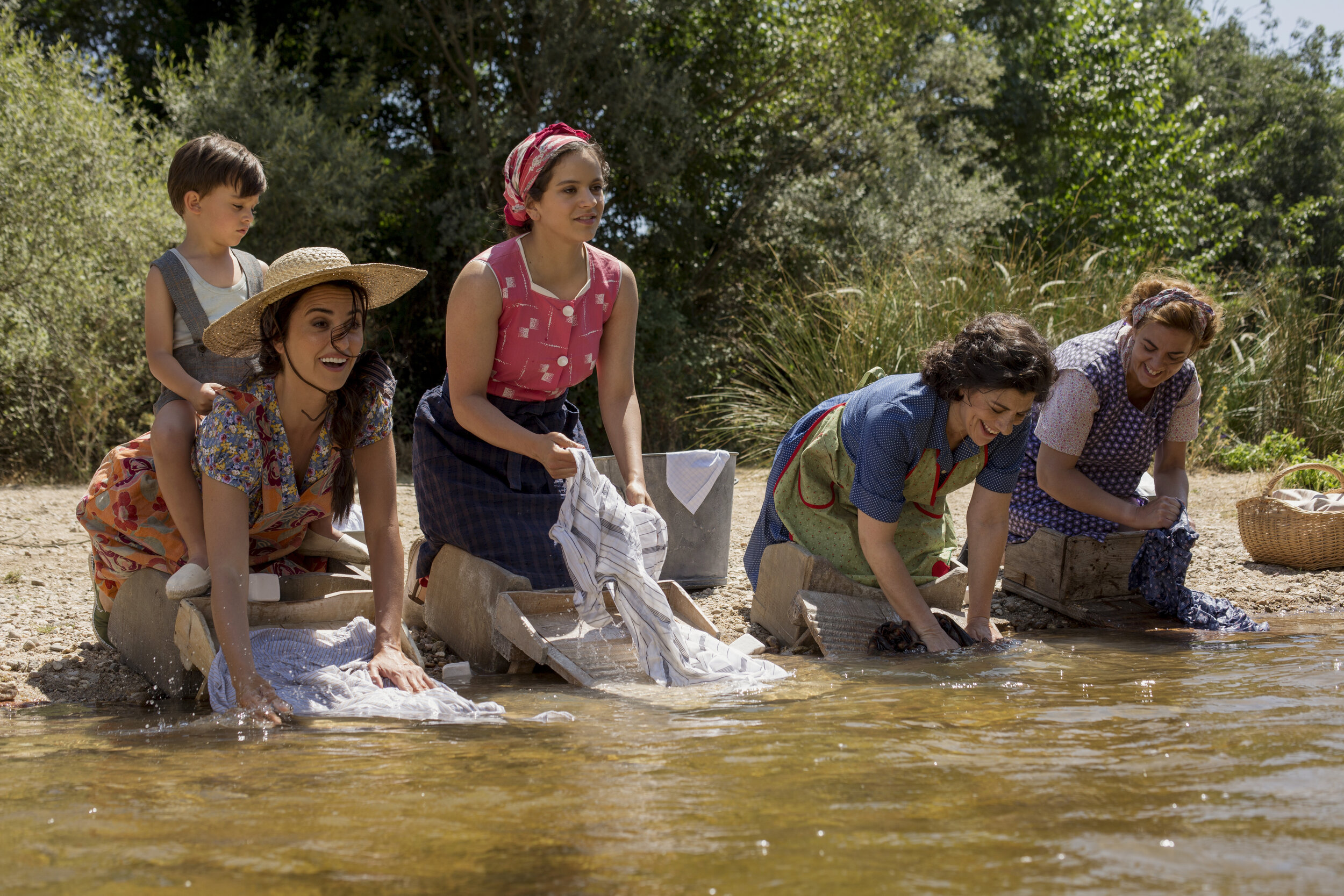 Salvador som smågutt på mammas rygg (Penélope Cruz) der hun og de andre landsbykvinnene vasker klær i elven.