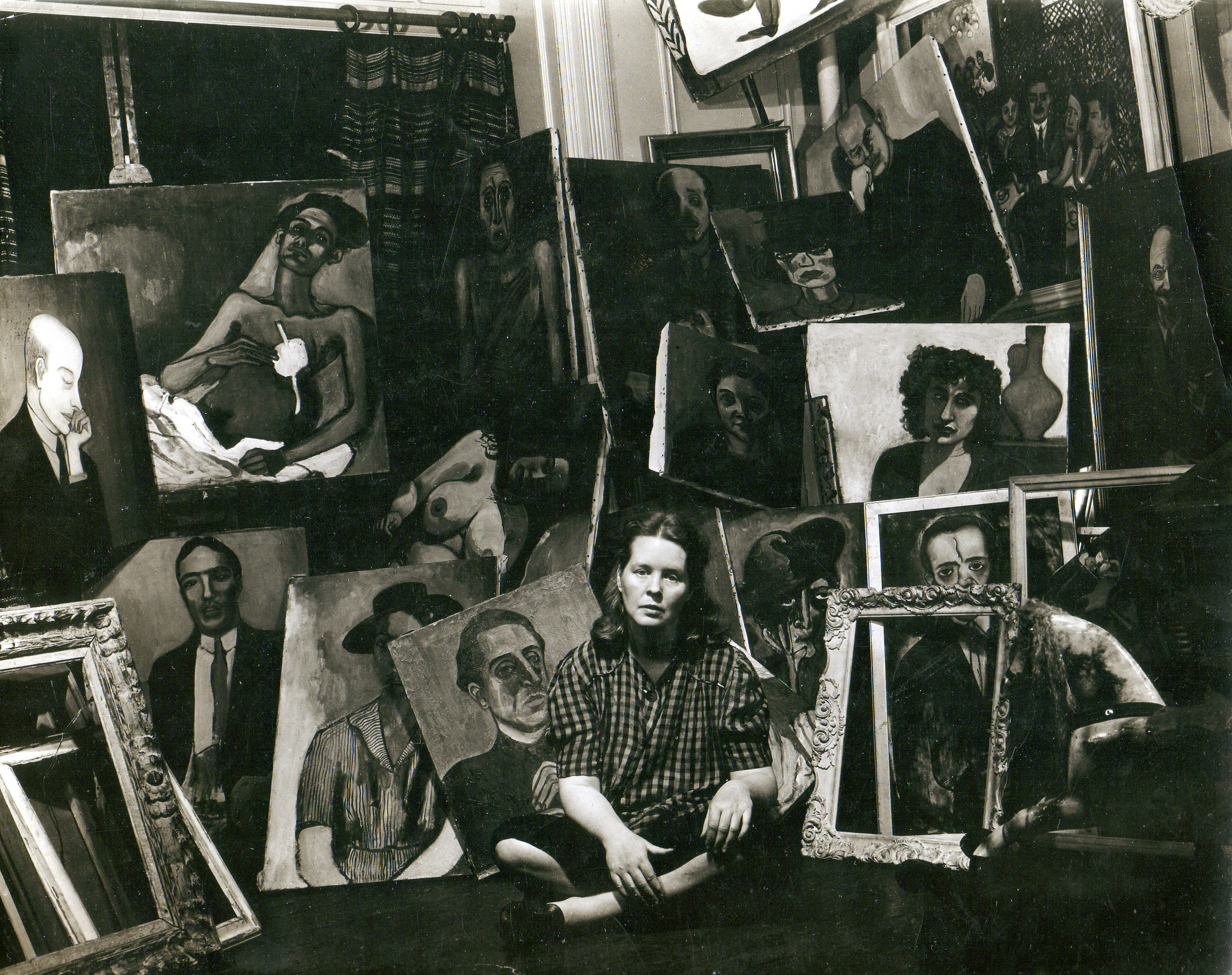 Alice Neel with paintings, 1940, Foto: Sam Brody, Estate of Alice Neel